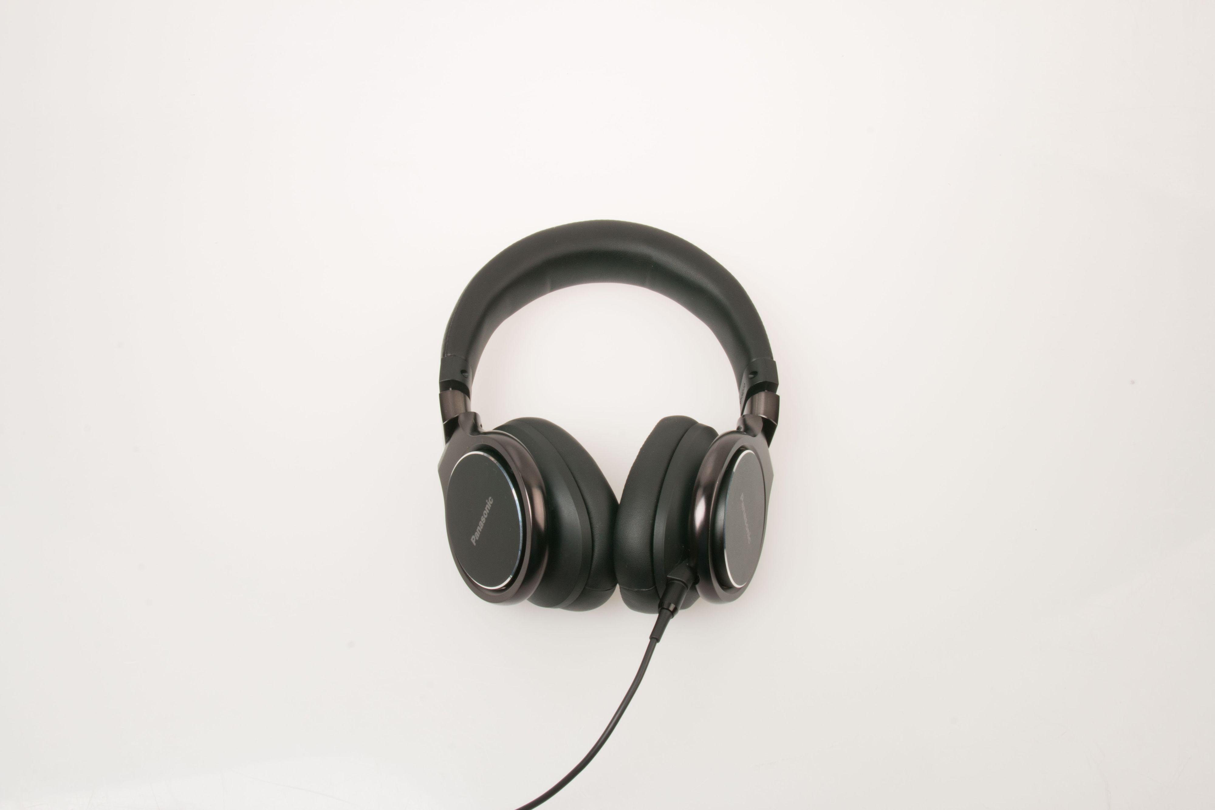 Panasonic RP-HD10 har en god utforming som gjør at de sitter godt og tett på hodet. Foto: Ole Henrik Johansen / Tek.no