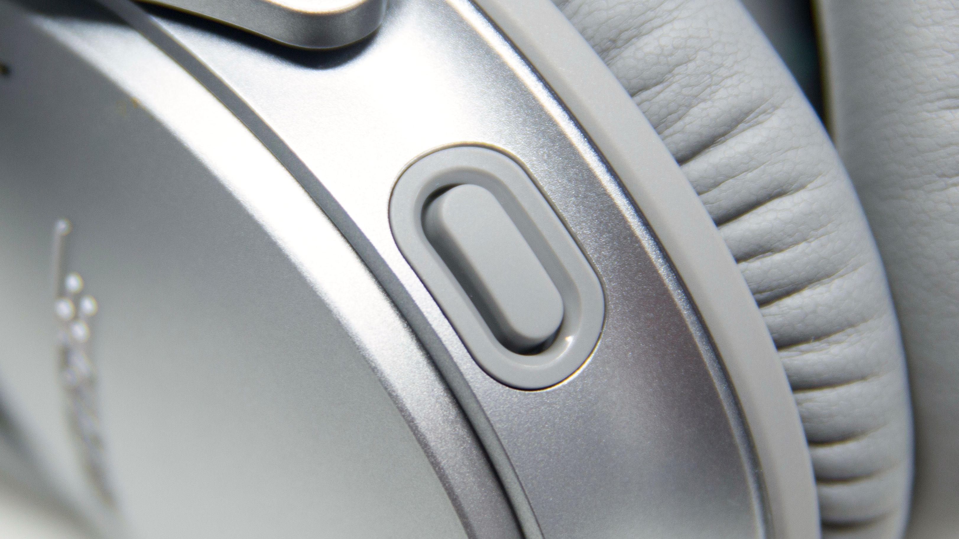 Denne knappen er i stort sett det som skiller den nye og gamle versjonen av QC35. Bilde: Ole Henrik Johansen / Tek.no