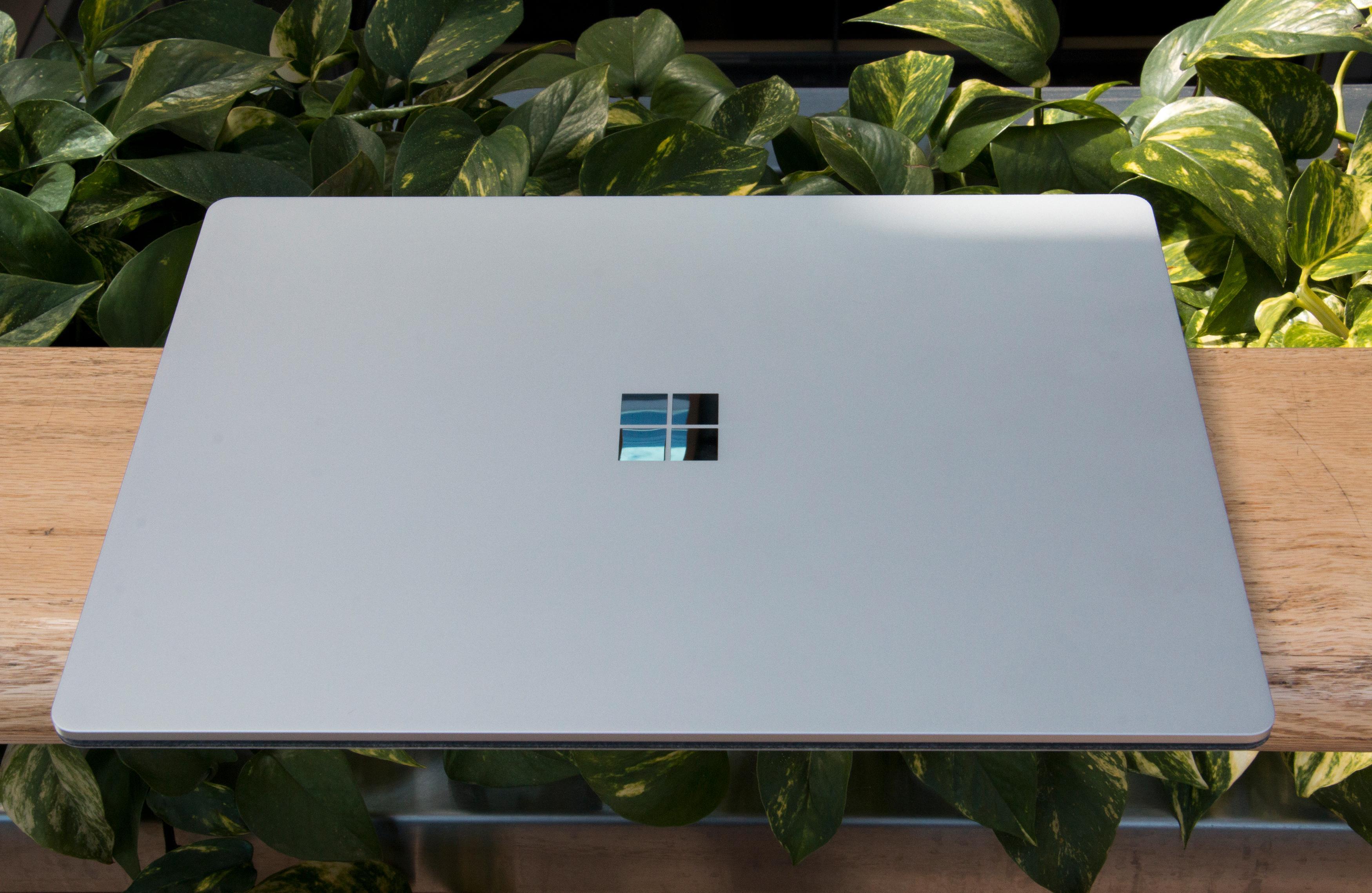Stilrent aluminium er det som gjelder, sammen med en blankpolert Windows-logo i krom.