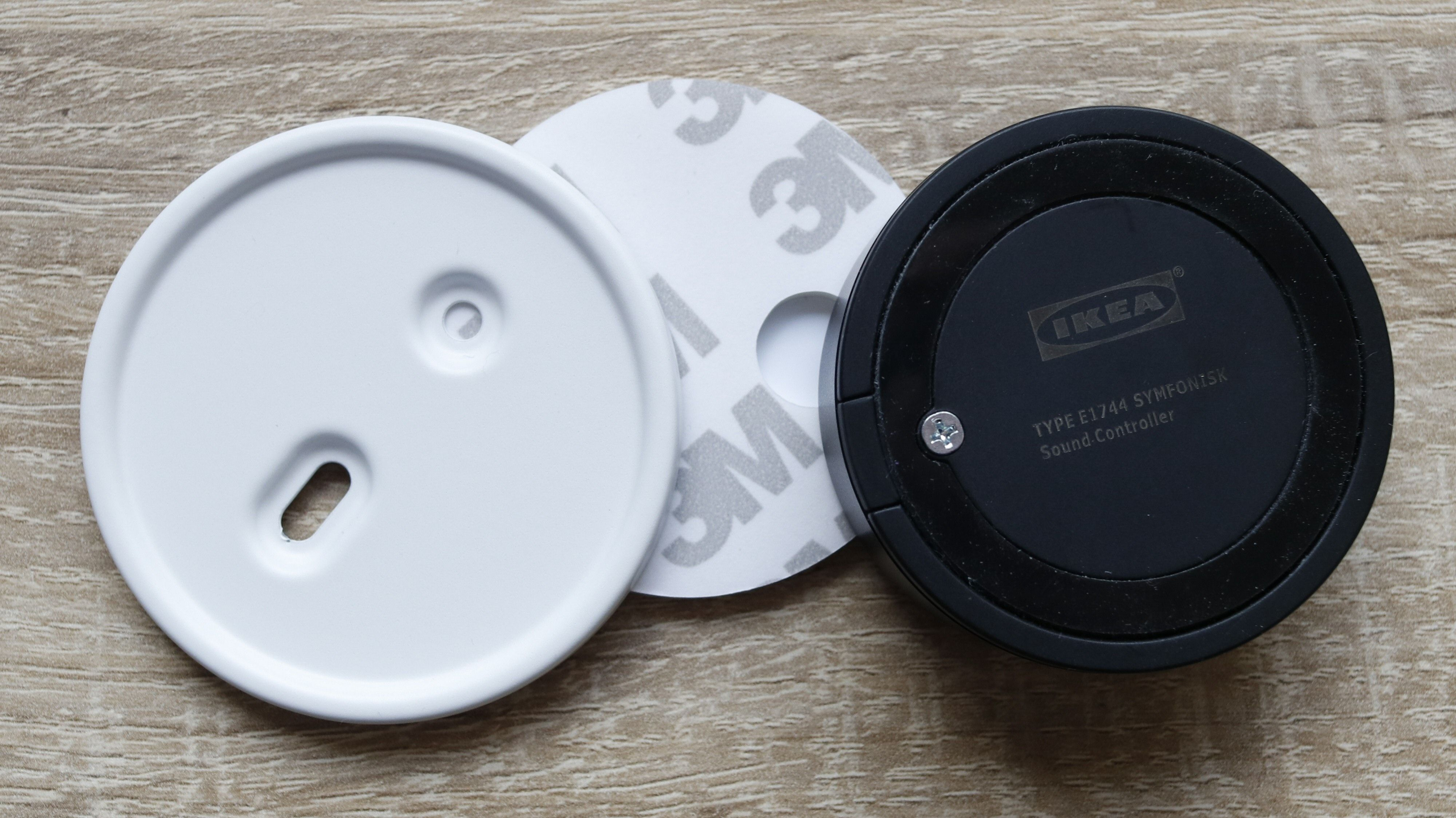 Festeplate og dobbeltsidig teip følger også med. Dessuten har fjernkontrollen en gummiert ring på undersiden som gir et greit grep.