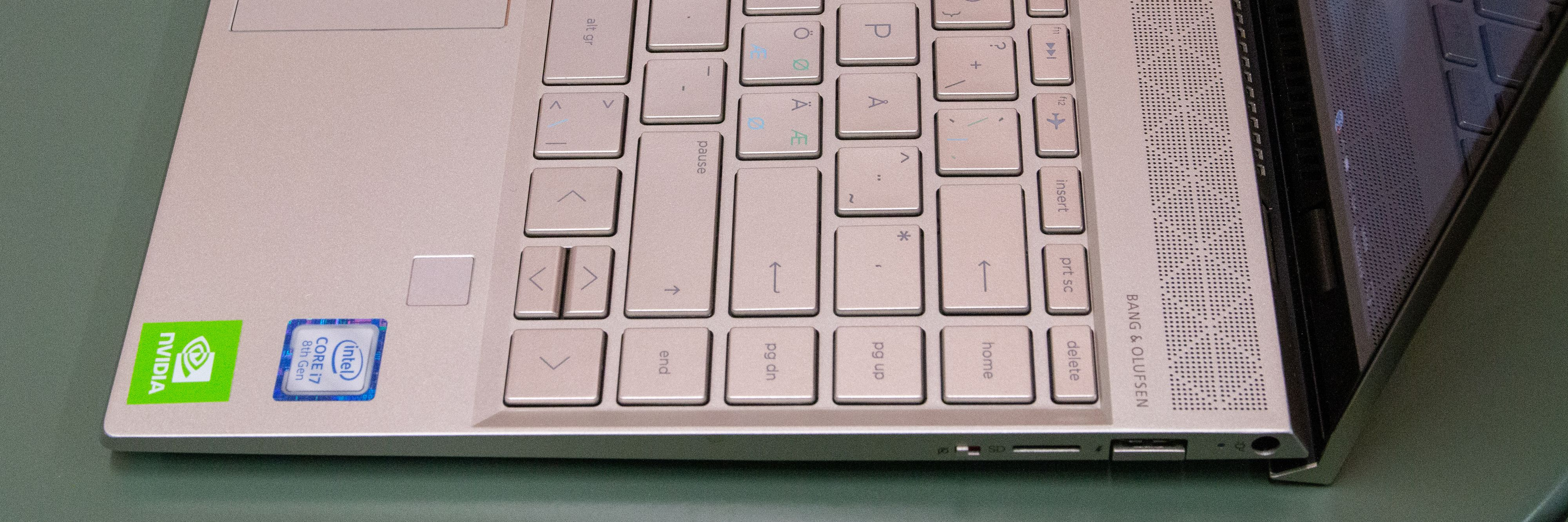 Envy 13 har amerikansk tastaturoppsett og felles nordiske tegn på tastene. Resultatet er litt så som så for en maskin til 14 000 kroner.