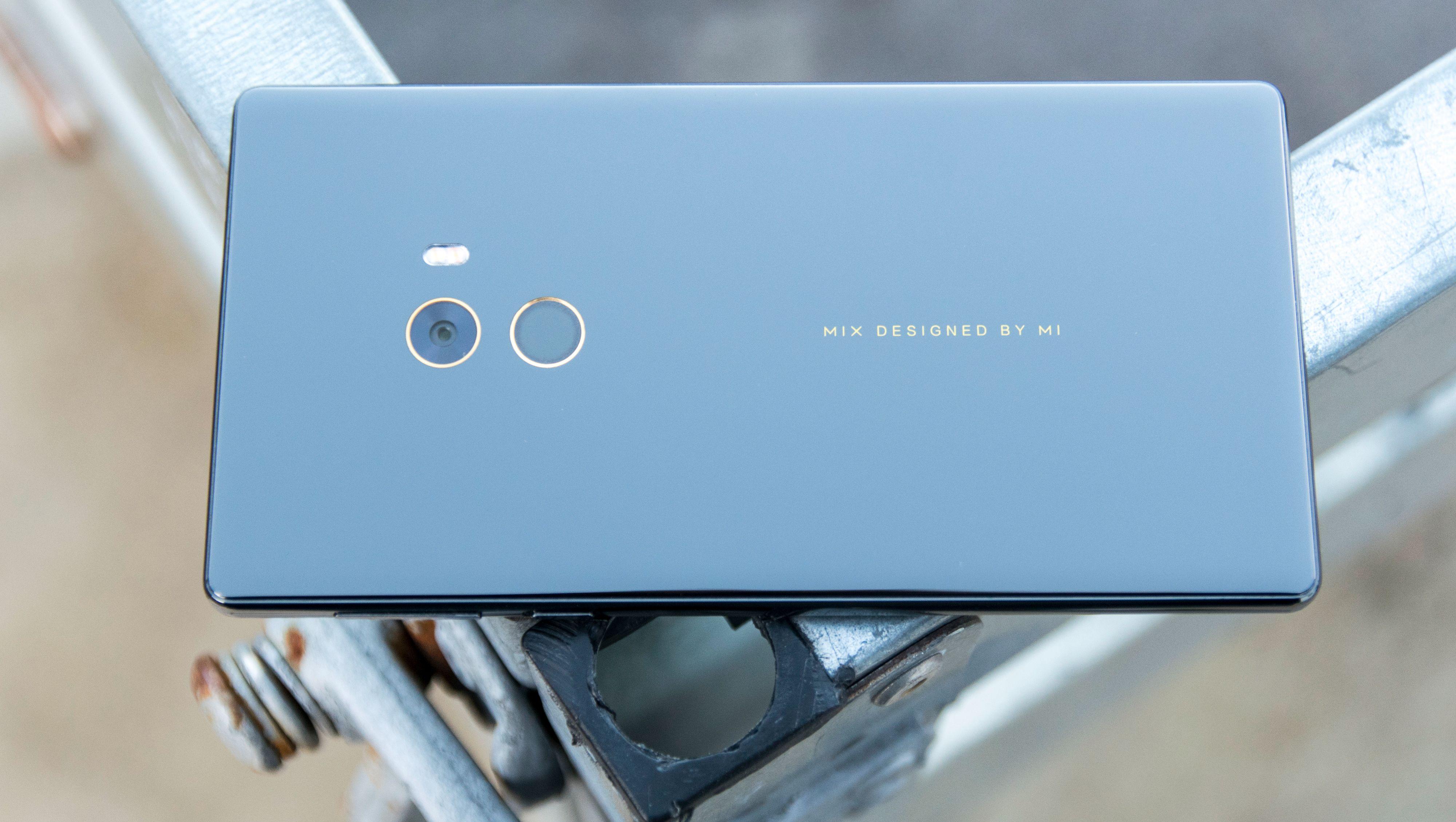 Xiaomi Mi Mix var den første telefonen som nesten i sin helhet dekket forsiden med skjerm, mens bakside og rammer var i keramisk materiale. Bilde: Finn Jarle Kvalheim, Tek.no