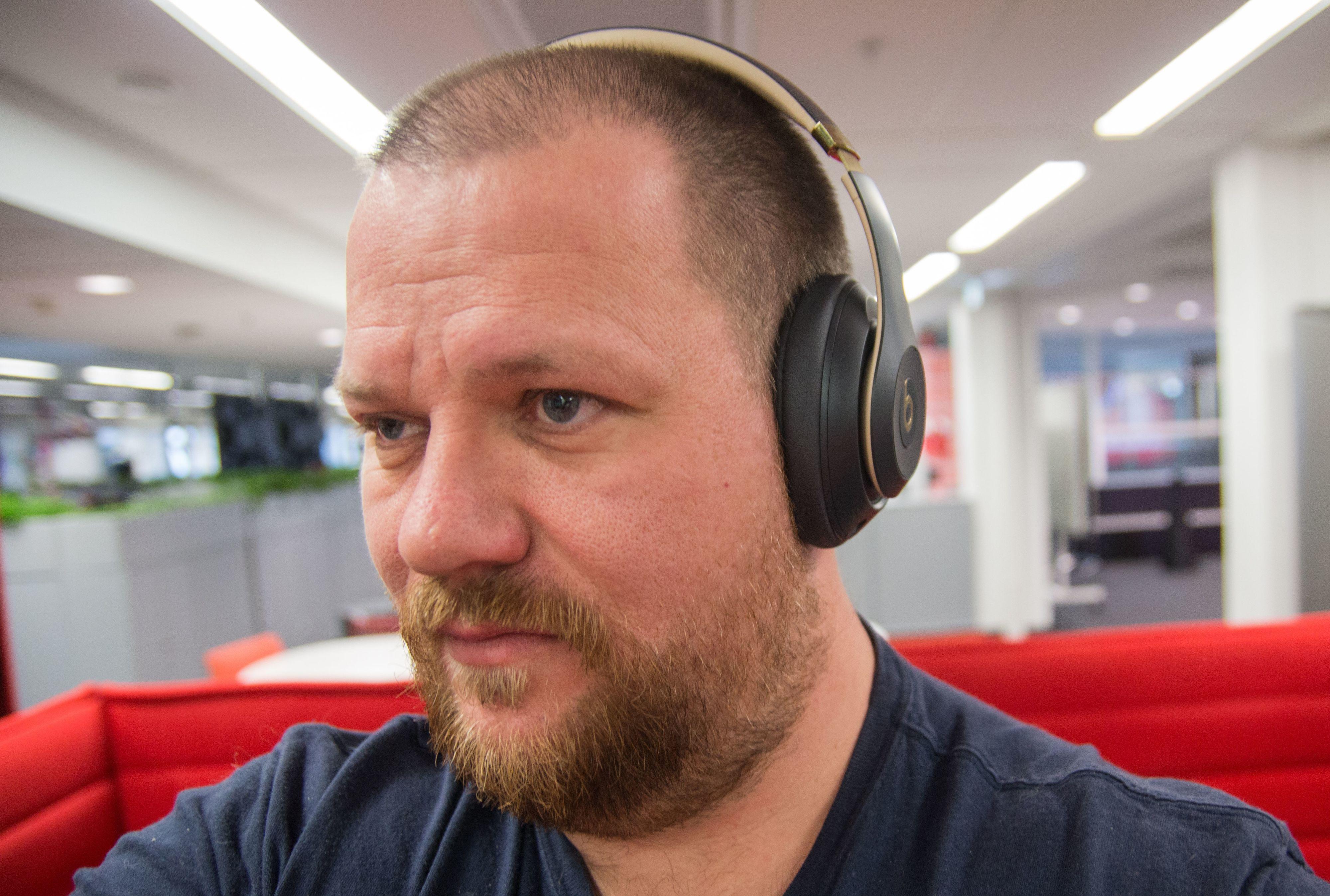 Øreklokkene har god komfort, men man blir litt klam på ørene over lengre perioder. Bilde: Ole Henrik Johansen / Tek.no