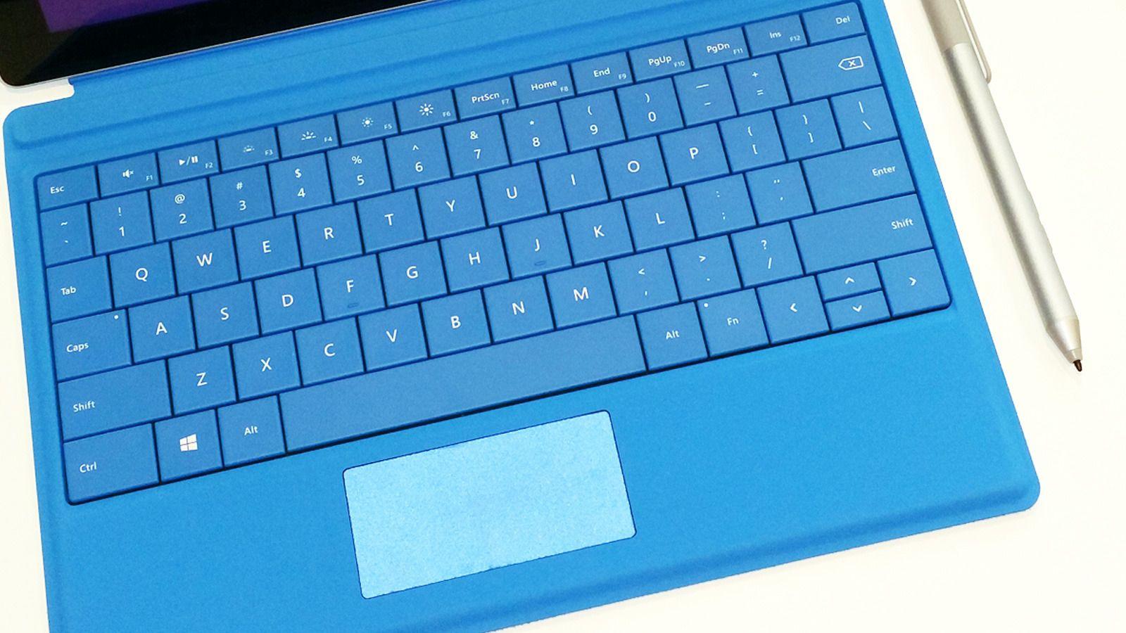 Tastaturet har fått større styreplate, lik den som er på Pro-versjonen. Pennen er den samme, og kommer nå i flere farger. På samme måte som på Pro 3, kan du starte One Note med ett trykk bak på pennen. Tastaturet er ekstrautstyr.Foto: Espen Irwing Swang, Tek.no