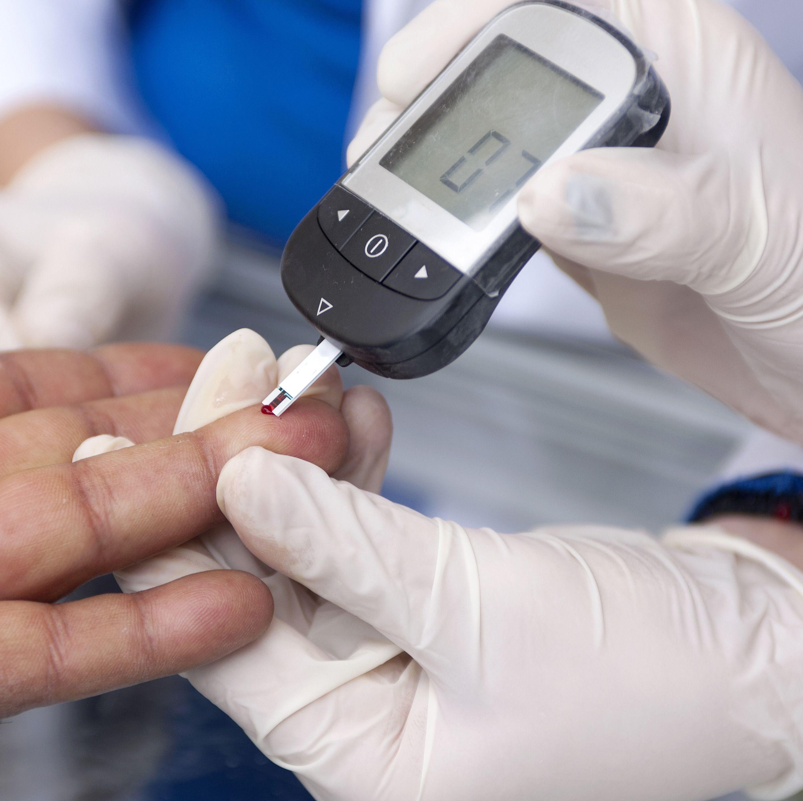 Blodsukkermåling og en rekke andre helserelaterte funksjoner kan være på vei inn i mobilene våre.Foto: Shutterstock