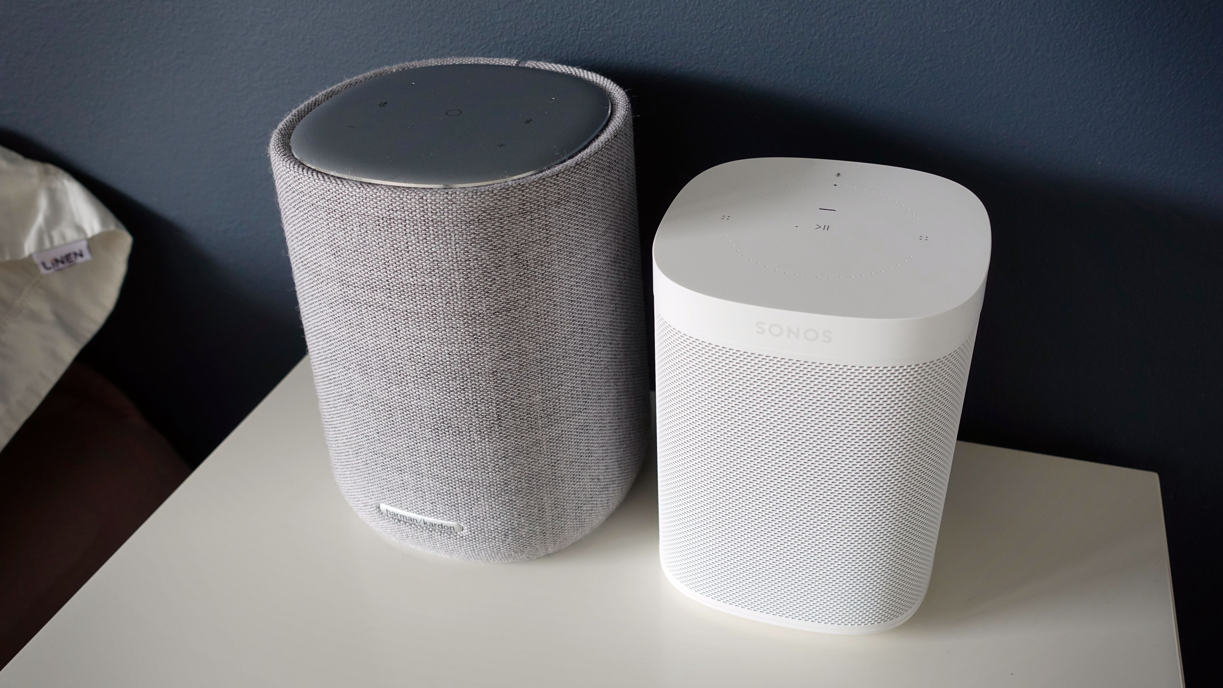 Citation One (venstre) er noe større enn Sonos One.