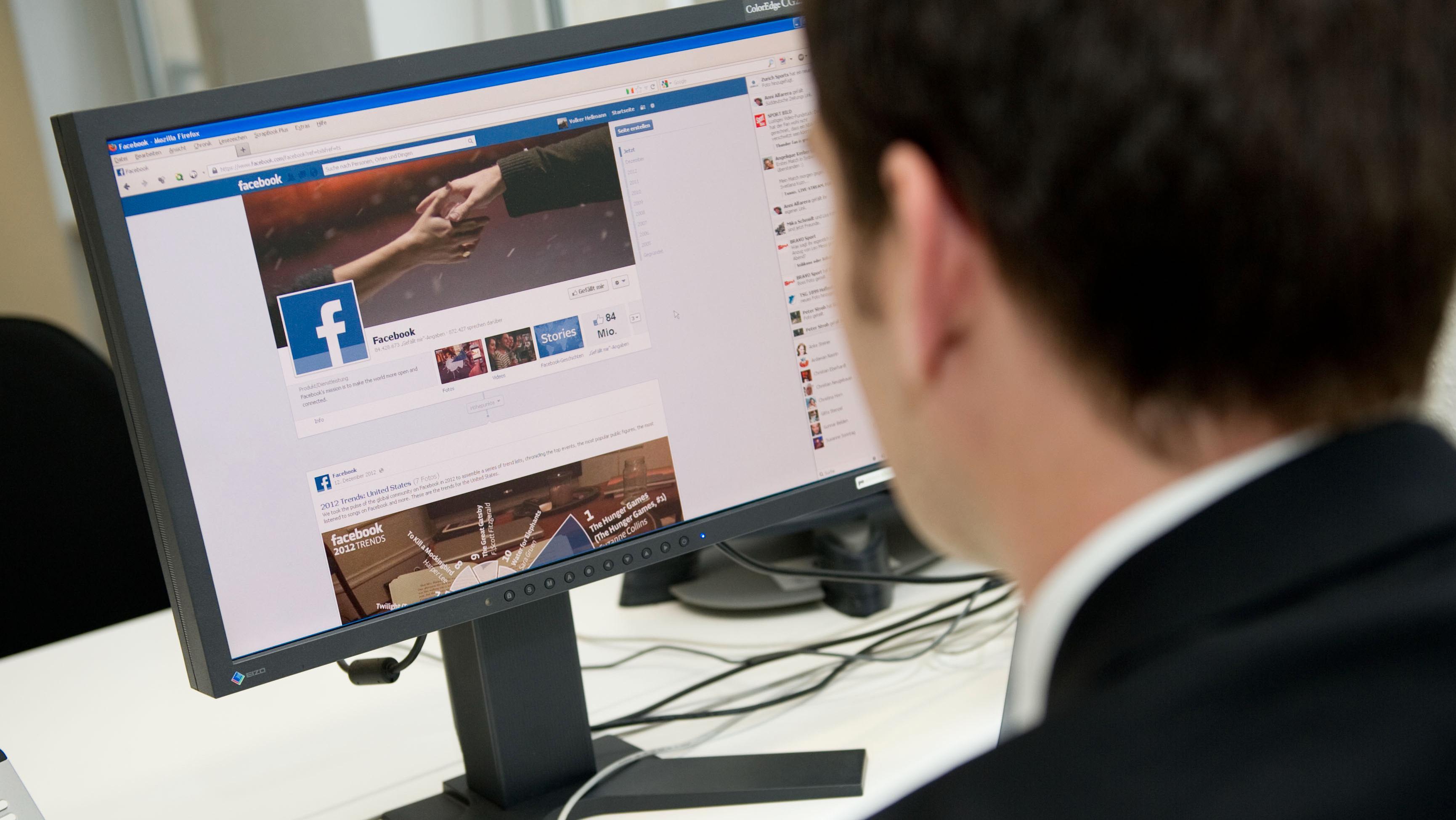 Sosiale medier får langt flere visninger enn de fleste andre kanaler, og presser dermed ned prisen på annonsevisninger for alle.Foto: Jan Haas / NTB scanpix