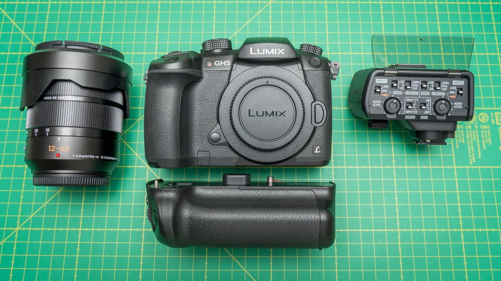I tillegg til kameraet har Panasonic lagt med et finfint batterigrep og en veldig fin lydmikser med XLR-innganger. Gull verdt for profesjonell videoproduksjon.