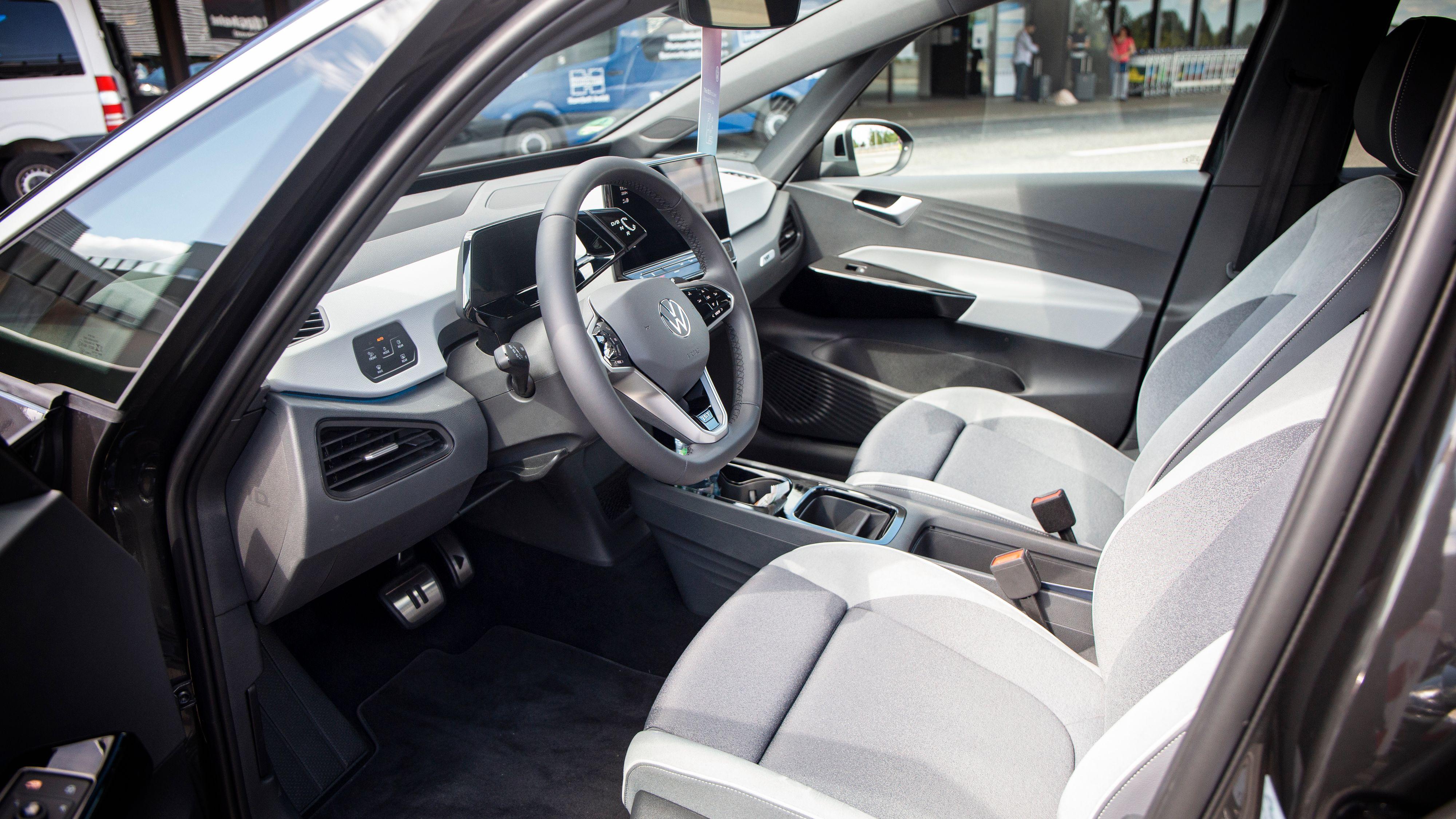 Mange nyanser av grått i Volkswagens mest påkostede interiør.