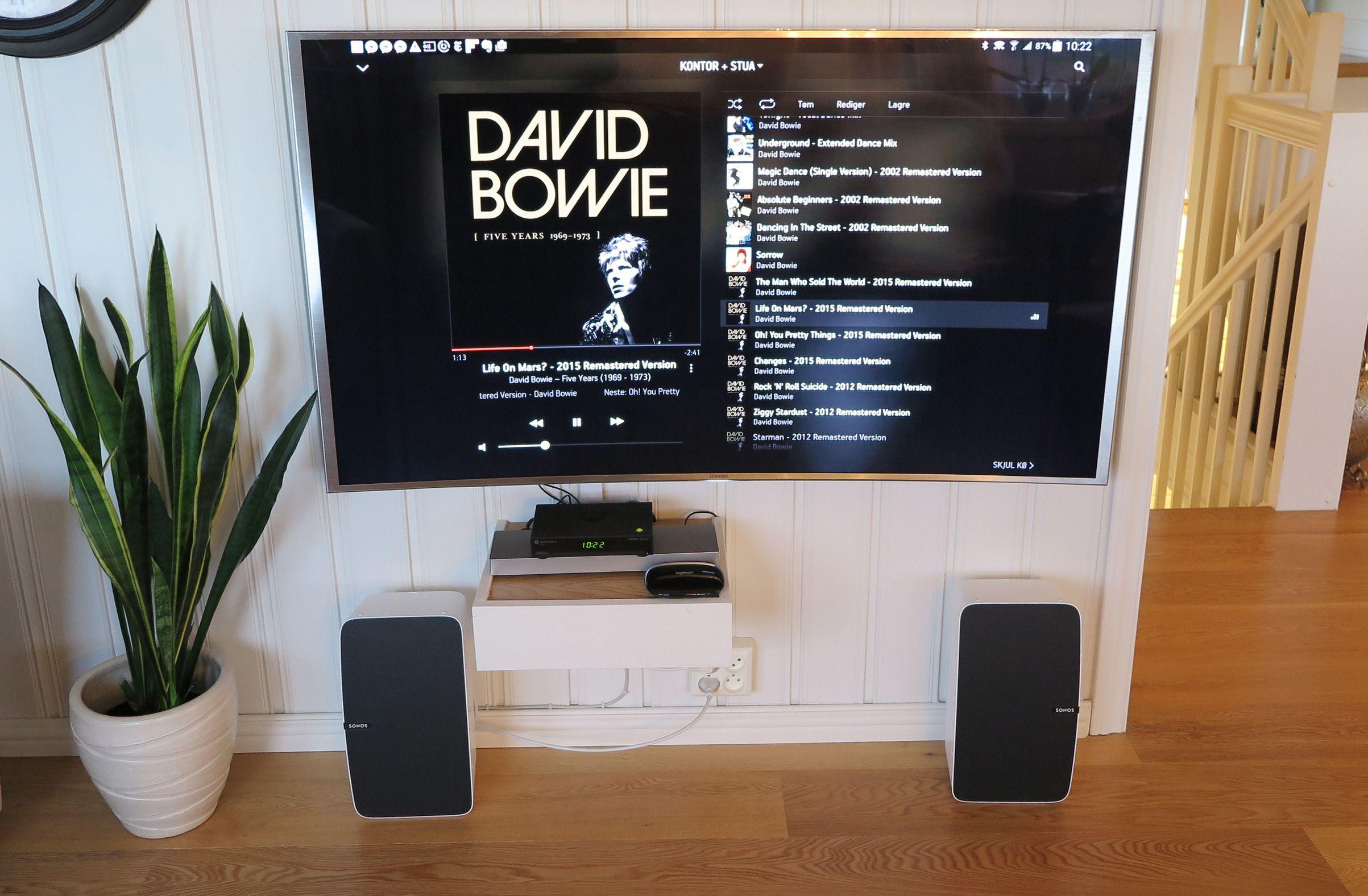 To Sonos Play:5 i stereopar. Her kjører vi appen på et nettbrett fra Samsung. Skjermbildet på nettbrettet overfører vi til TV-en. Lyden går imidlertid direkte fra stømmetjenesten til høyttalerne. Appen fungerer som grensesnitt, og du kan kjøre appen på flere telefoner og nettbrett samtidig.Foto: Espen Irwing Swang, Tek.no