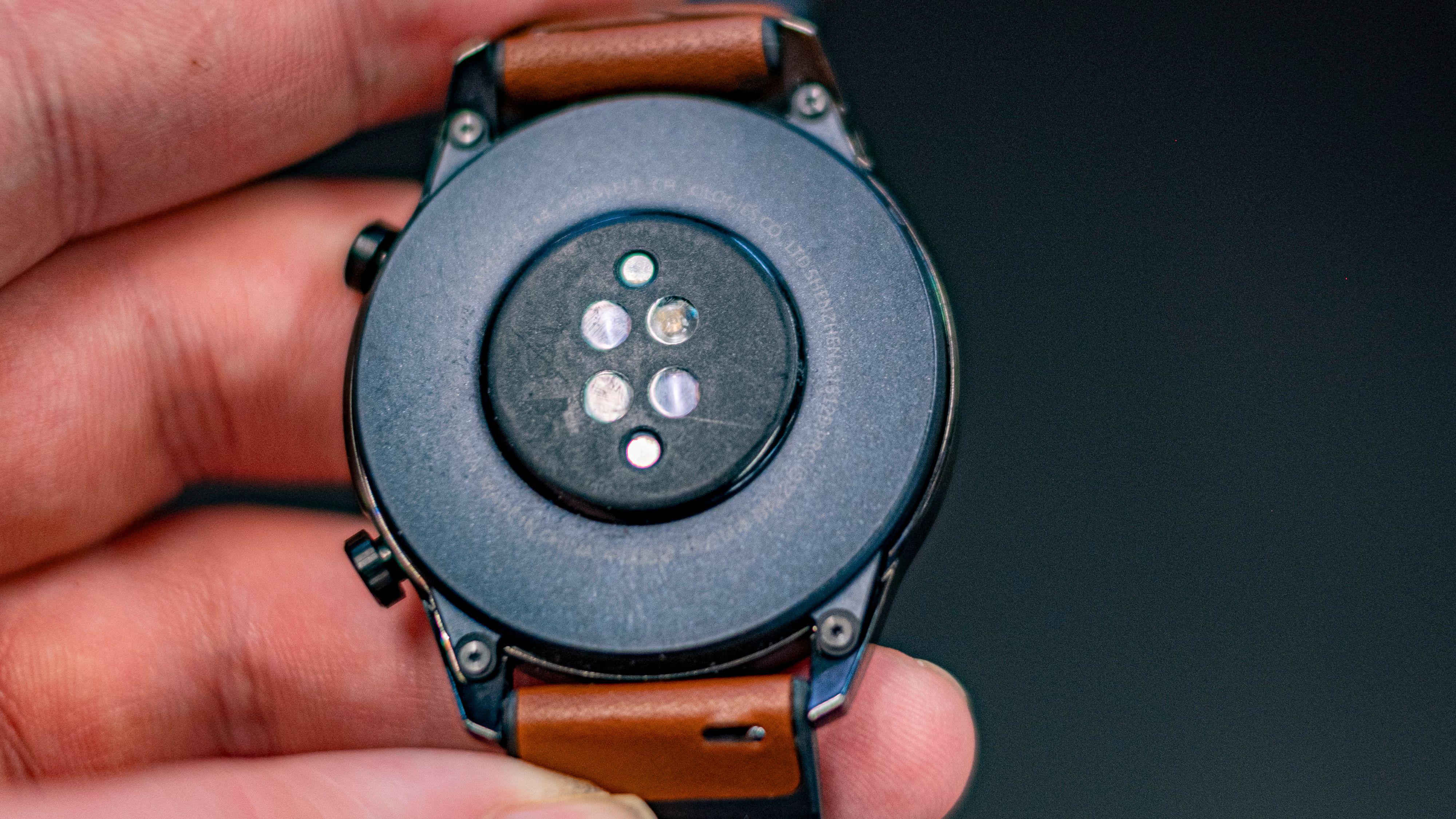 Pulsmåleren er ny og måler både puls under vann og stressfaktoren til brukeren. Selv med kontinuerlig puls- og stressmåling kan klokken ha et par ukers batteritid.