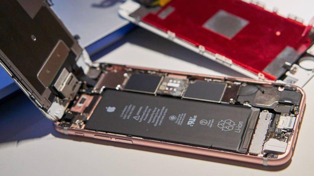 Batteribytte er billigst å gjøre hos de «vanlige» mobilverkstedene. Dette bildet er fra da vi fikset en iPhone på egen hånd, og ikke fra et verksted.