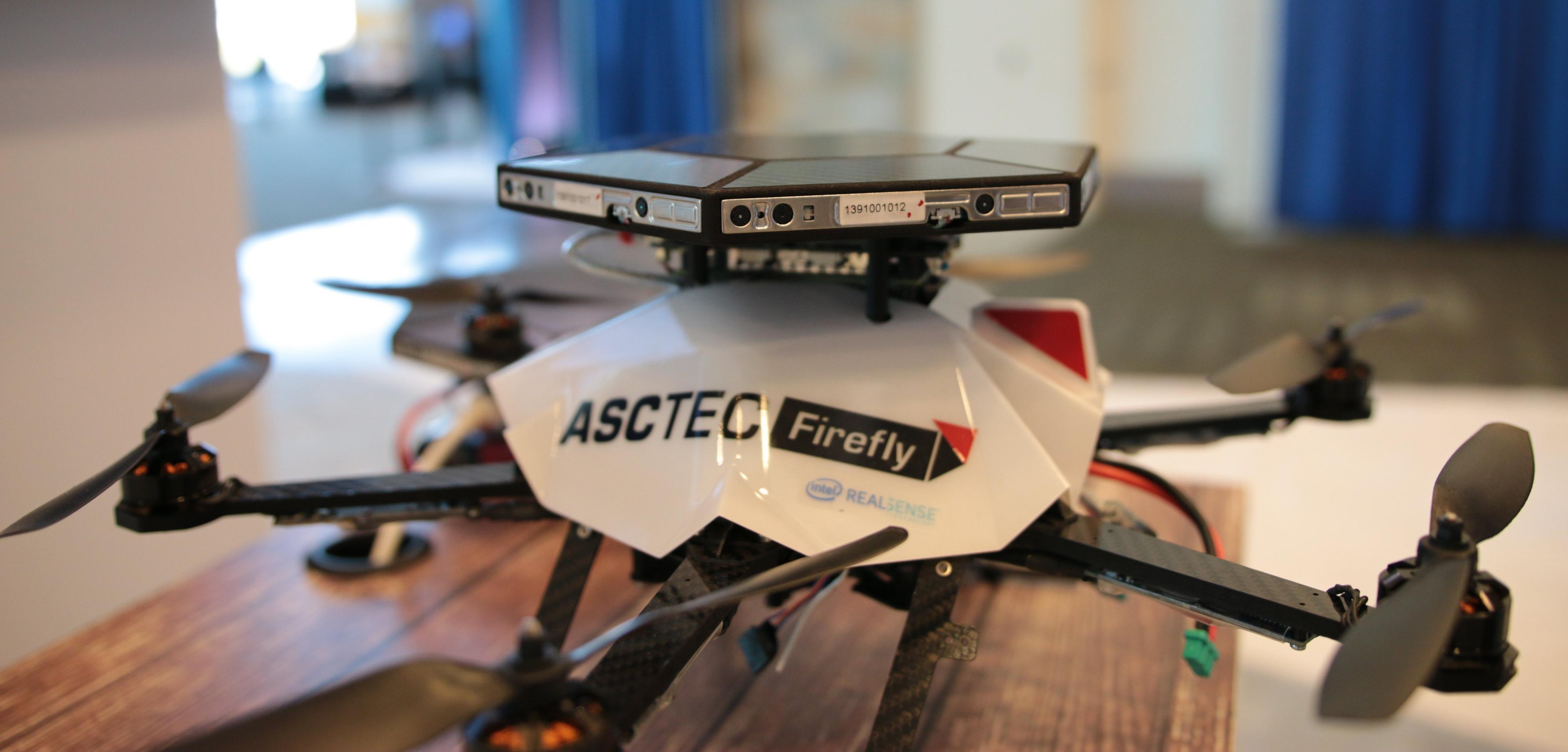 AscTec Firefly har en «krone» bestående av seks RealSense-kameraer. Dette gjør den i stand til å oppdage objekter på kollisjonskurs. Foto: Vegar Jansen, Tek.no