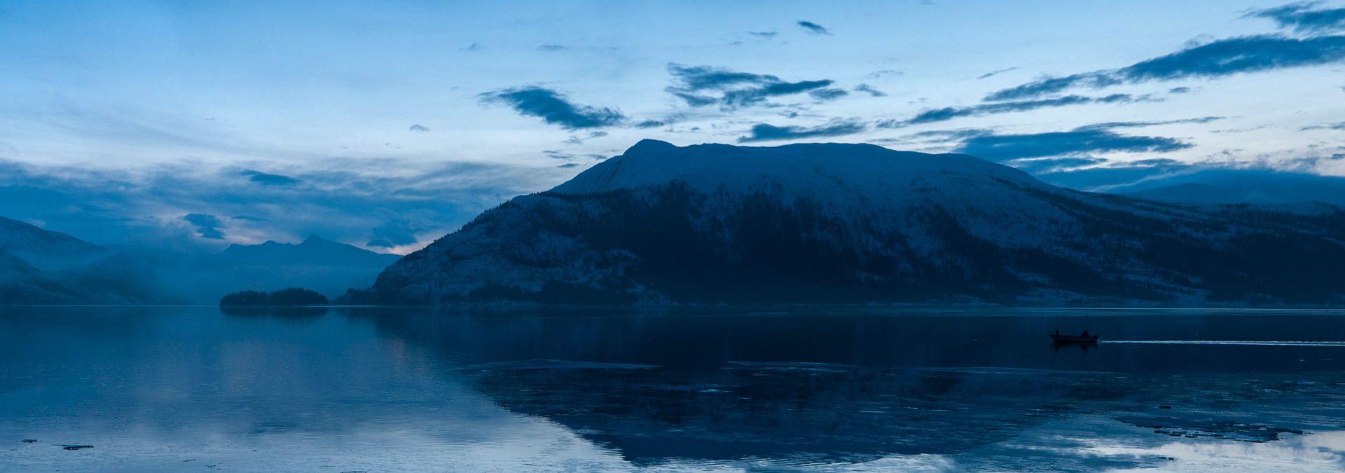 Desember er en eneste lang blå time på Helgeland. (Foto: Kristoffer Møllevik)
