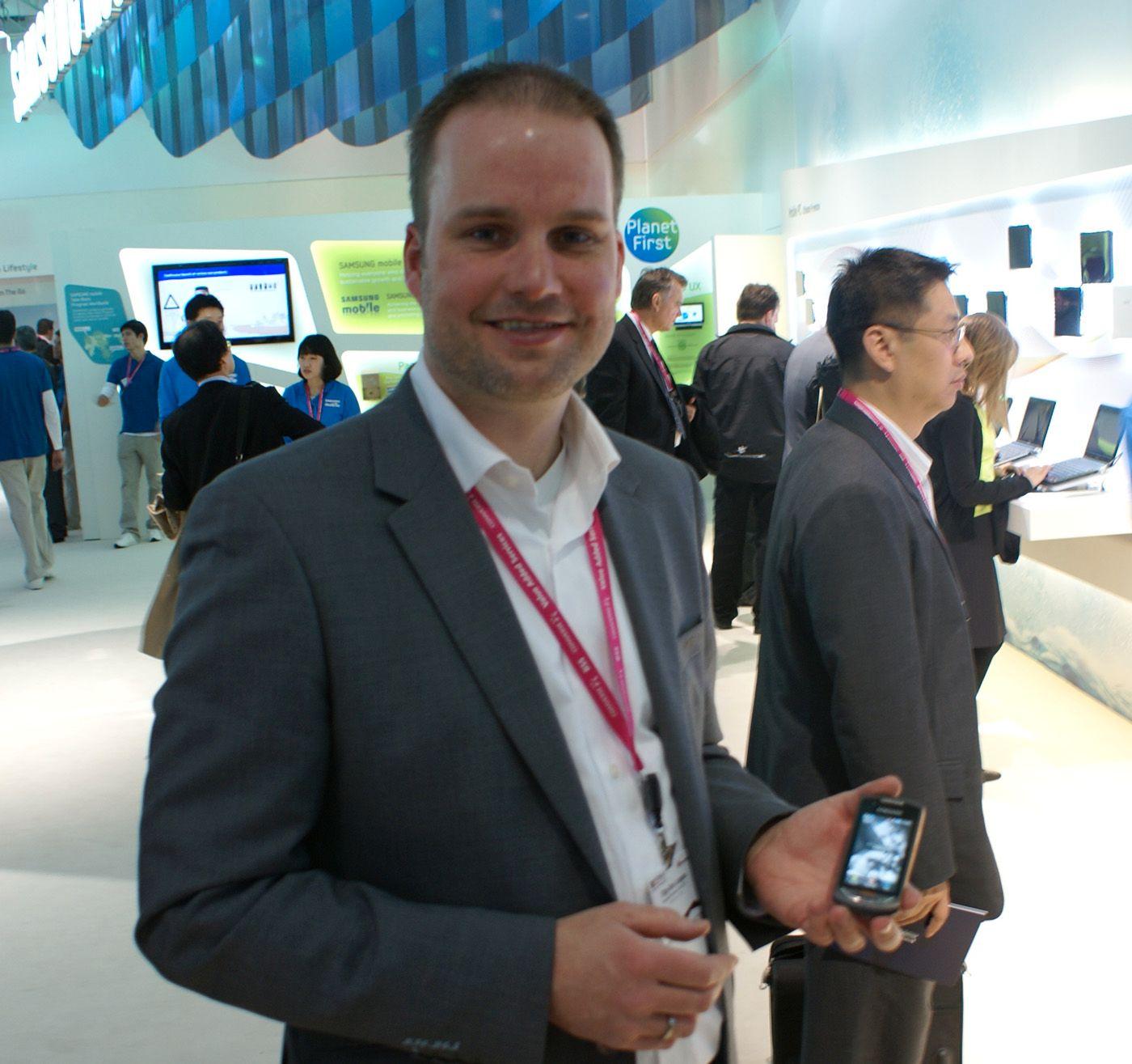 Stig-Ove Langö er storkundeansvarlig for Samsung i Norge. For anledningen avbildet med en annen rykende fersk modell, Samsung Monte.