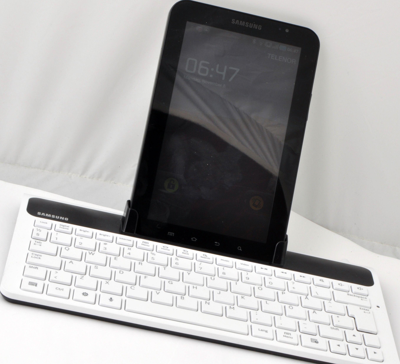 Slik ser Galaxy Tab i tastaturkrybbe ut forfra. De forholdsvis flate tastene er svært gode å skrive på.