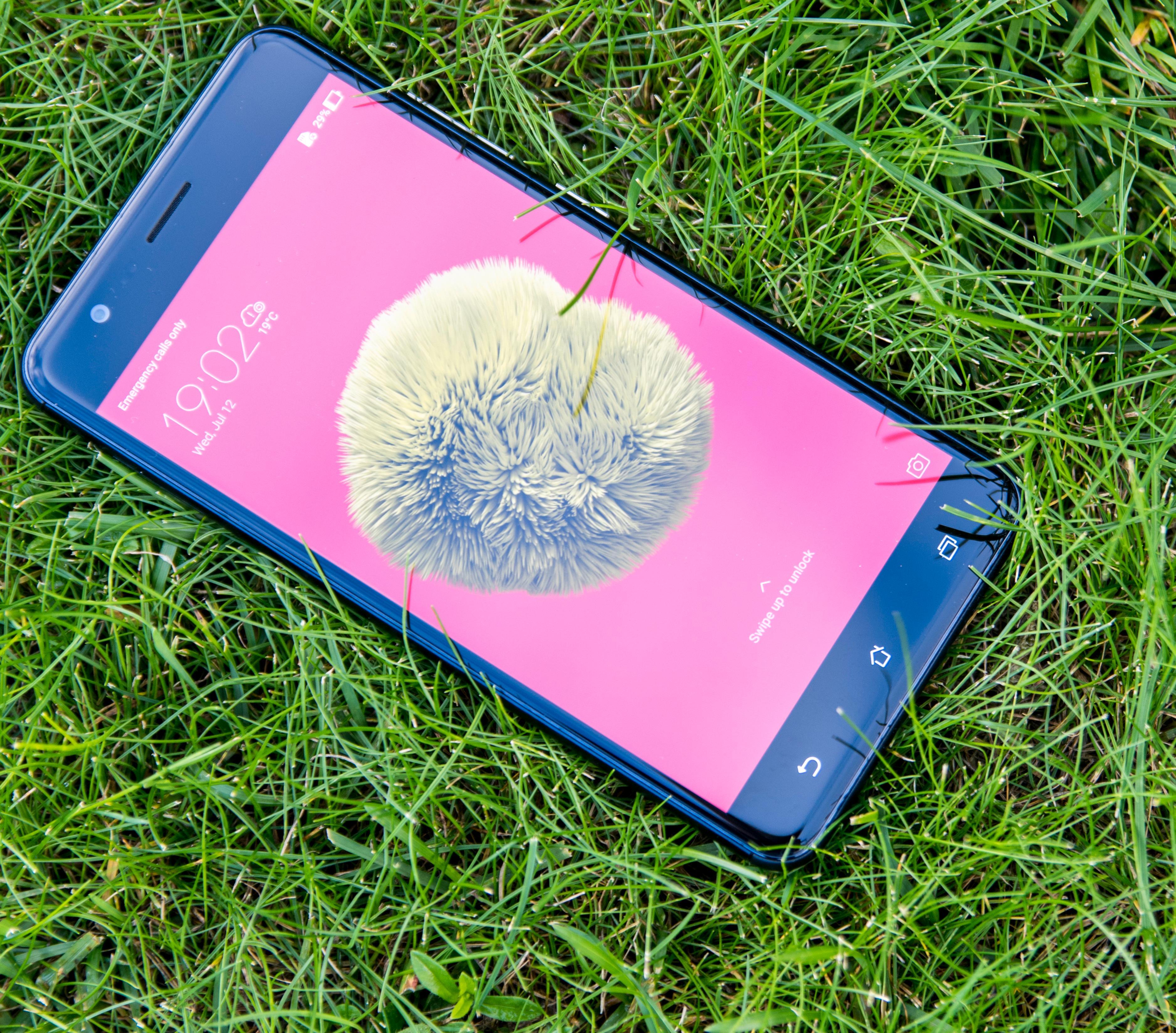 Dette er en flott telefon å se til, som er god å bruke og som har svært ålreit skjerm. Det begynner bra for ZenFone Zoom S. Bilde: Finn Jarle Kvalheim, Tek.no