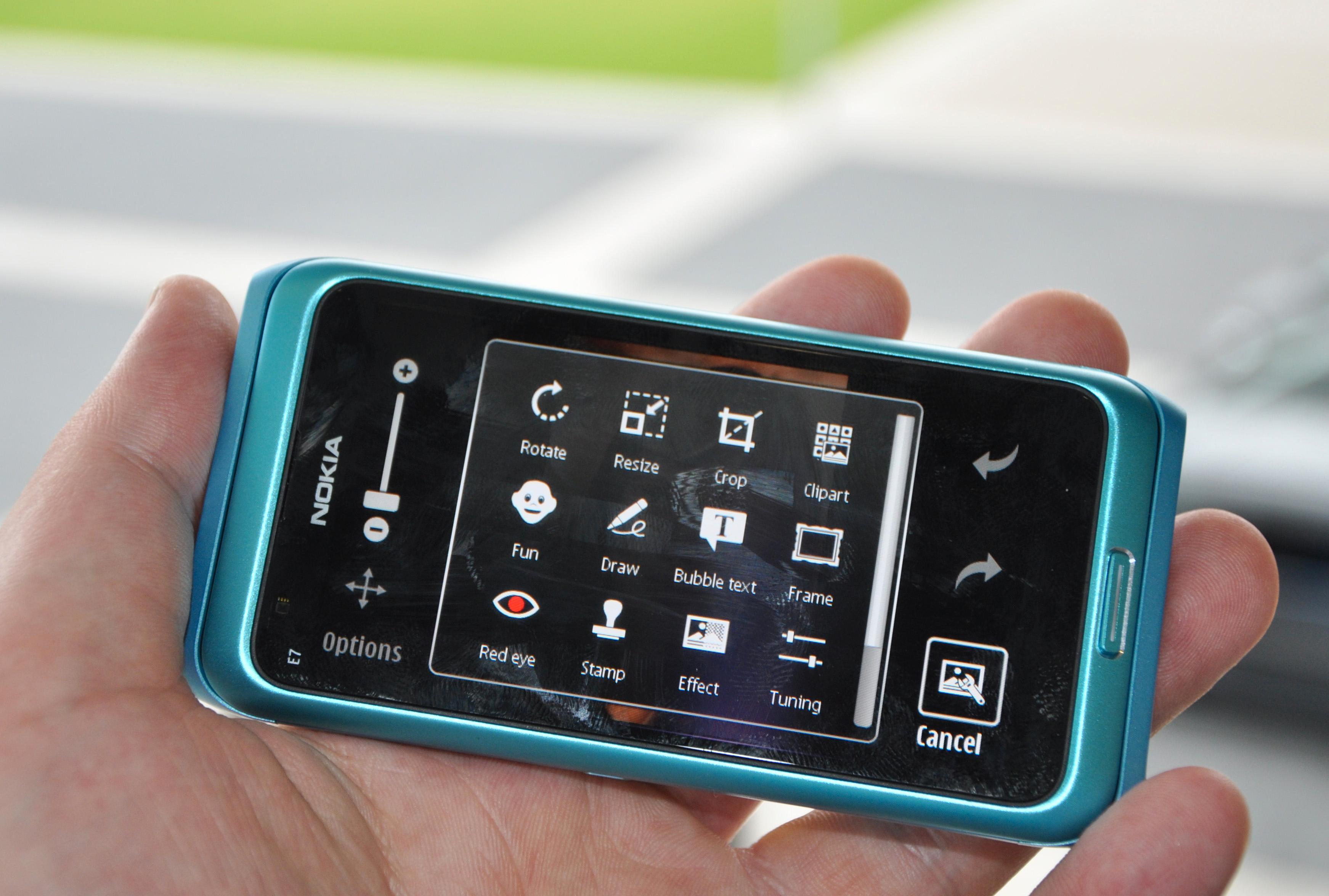 Nokia E7. Et siste forsøk på å vekke liv i kommunikator-segmentet. Det lyktes ikke på Symbian-plattformen.