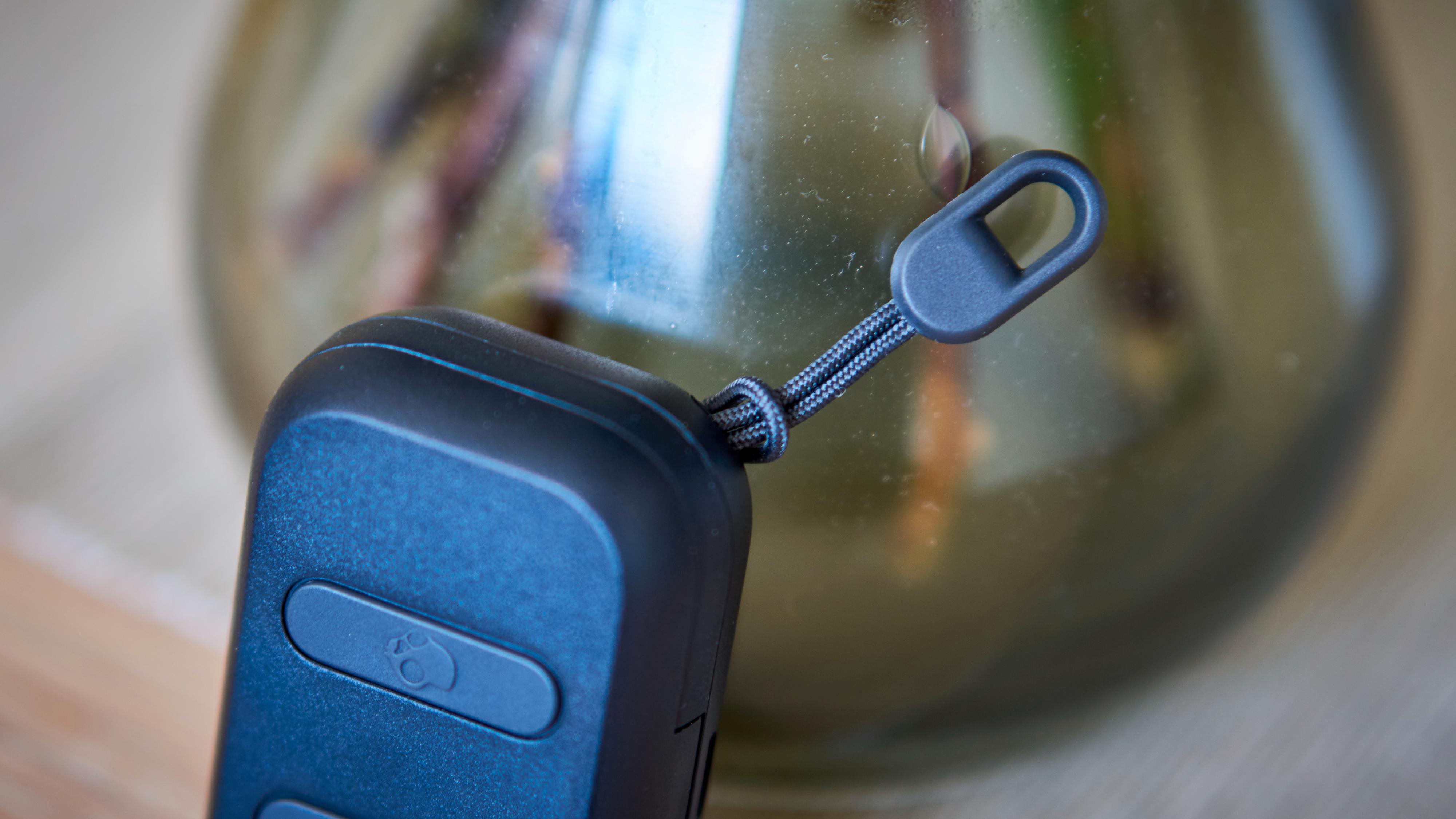 Det er et festepunkt for nøkkelknipper eller lignende på etuiet.