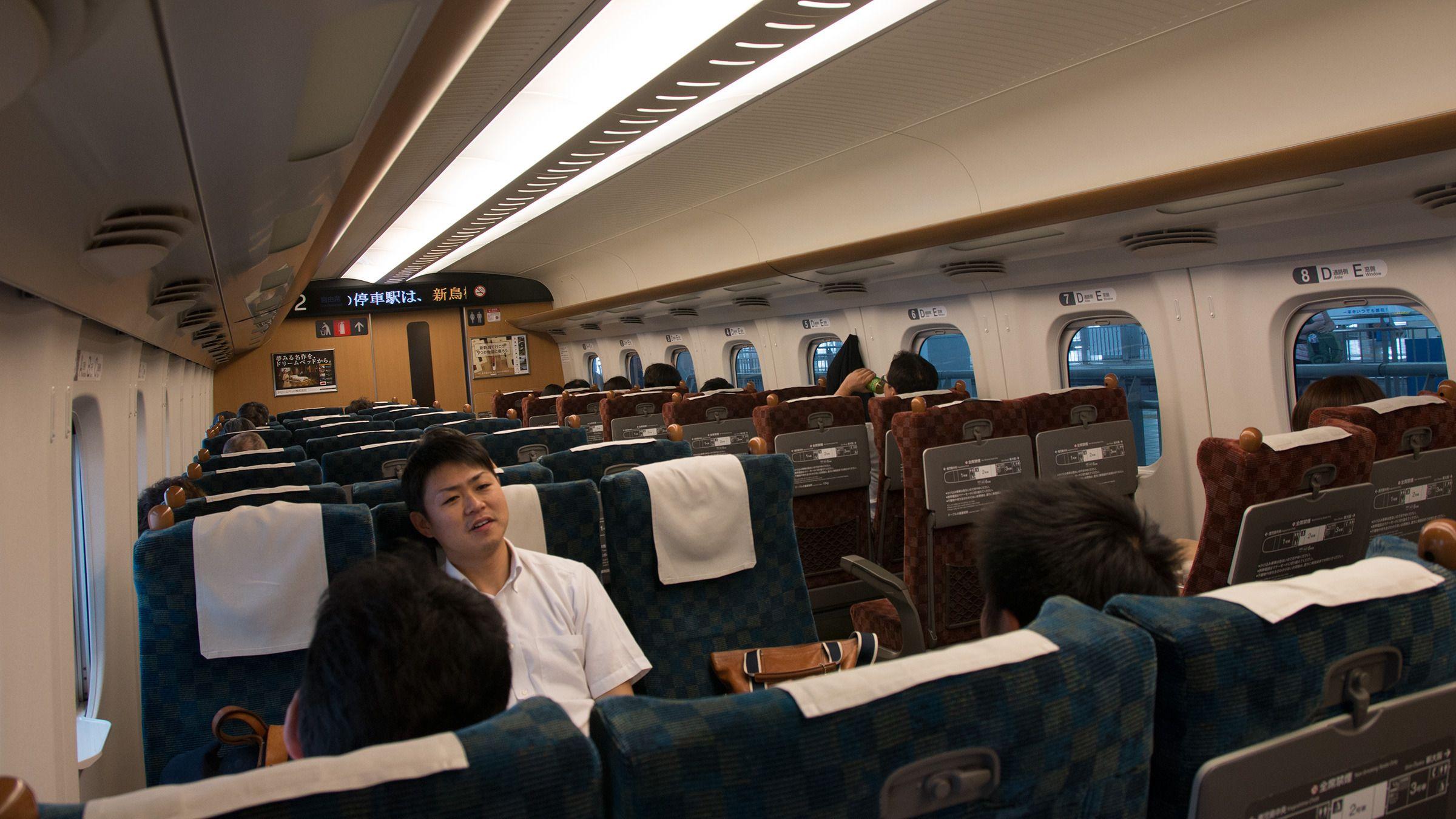 Hvis man er flere venner som skal reise sammen på Shinkansen, og det er godt med ledige plasser, lar stolradene seg enkelt vippe rundt for å danne en mer sosial sittegruppe. Den samme funksjonen gjør at hele togets interiør kan flippes rundt på et øyeblikk, slik at toget slipper å snu når det kommer til endestasjonene.Foto: Varg Aamo, Hardware.no