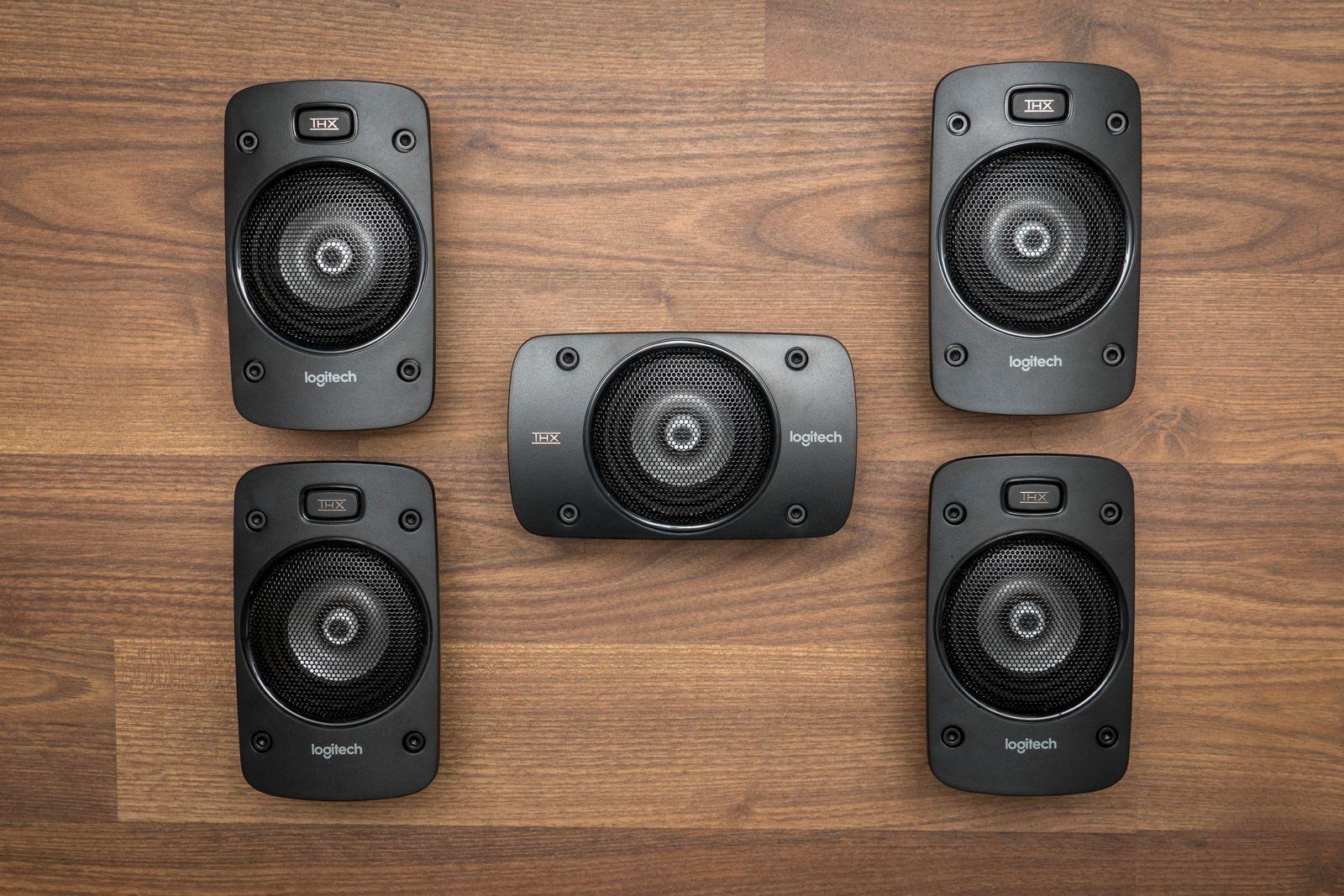 De fem høyttalerene er like store, men senter-høyttaleren er horisontalt orientert.