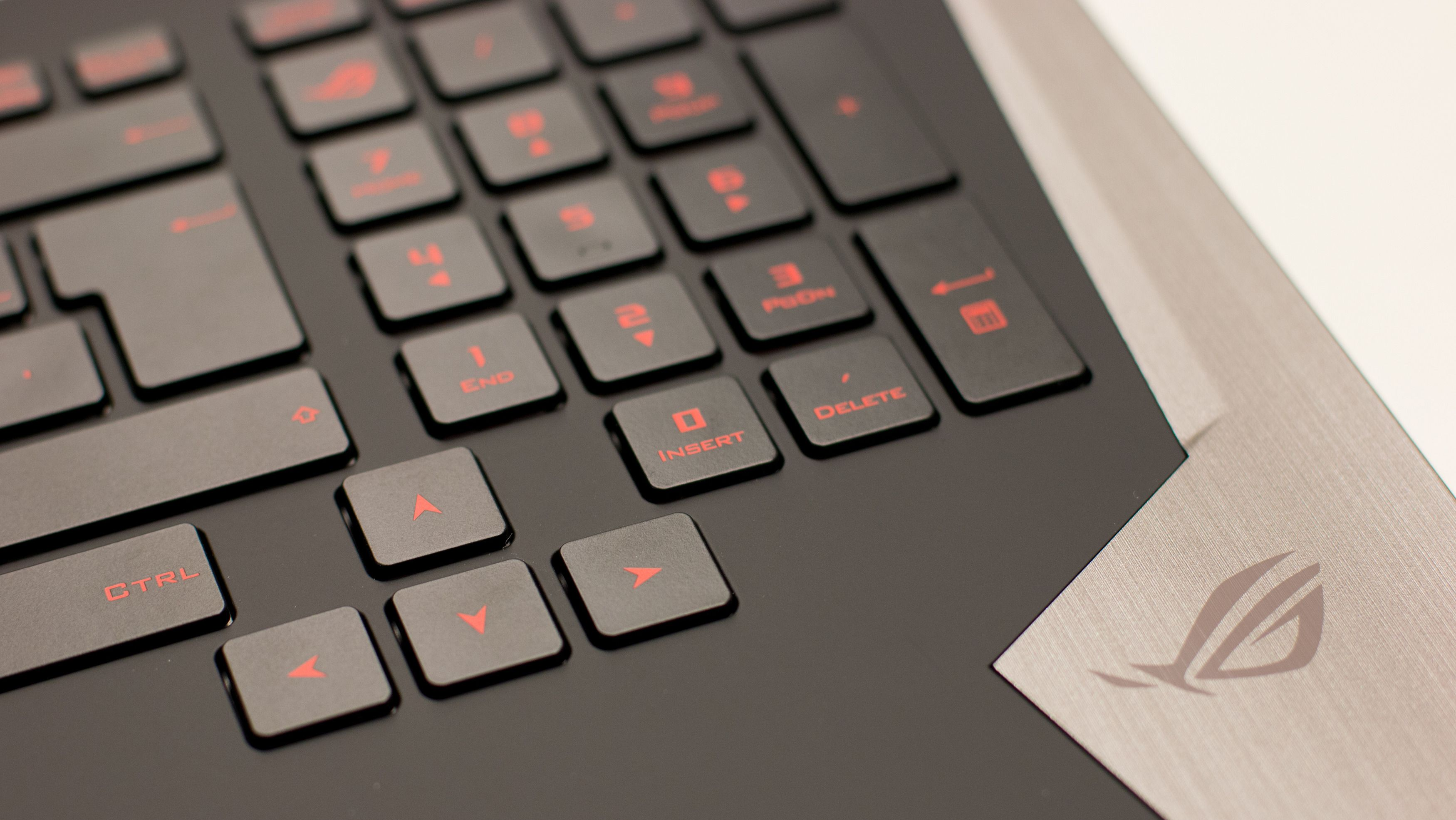 Asus, som enkelte andre, velger å ikke klemme piltastene oppi resten av tastaturet.