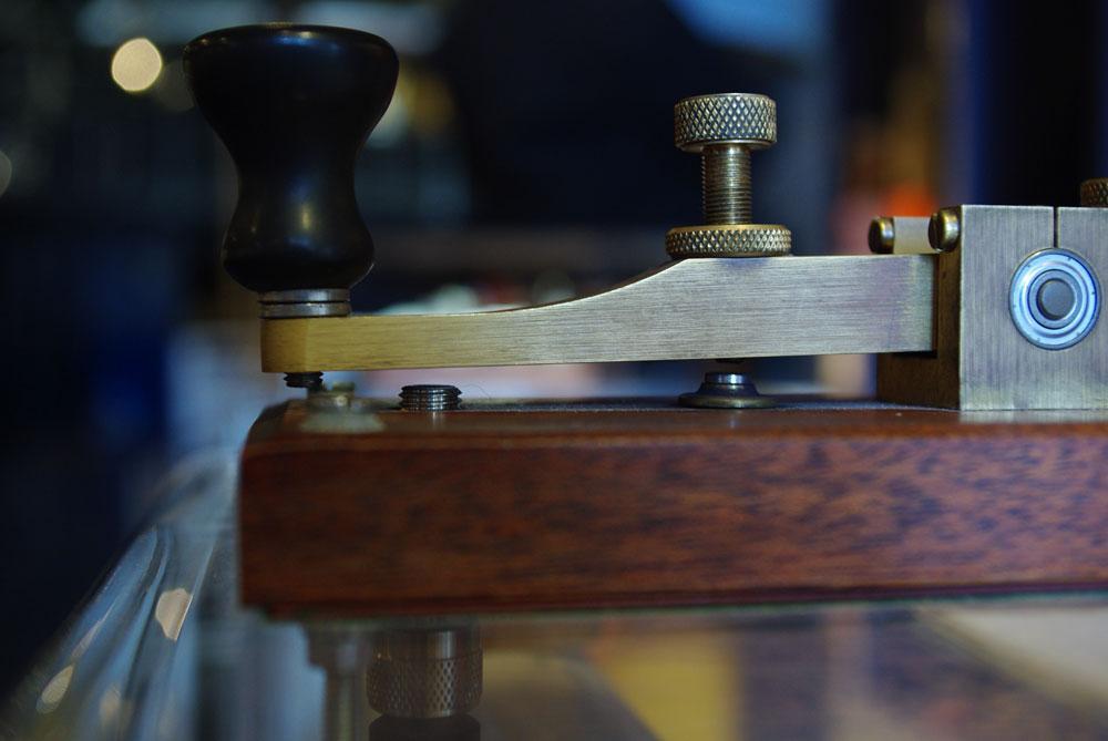 For å sende telegrafer, brukte telegrafistene en slik telegrafnøkkel.