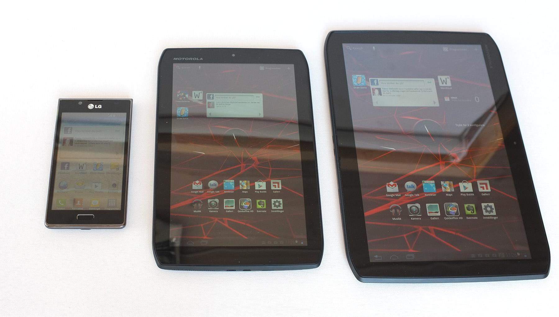 Xoom 2 og Xoom 2 Media Edition ved siden av en vanlig mobiltelefon.Foto: Audun M. Solheim