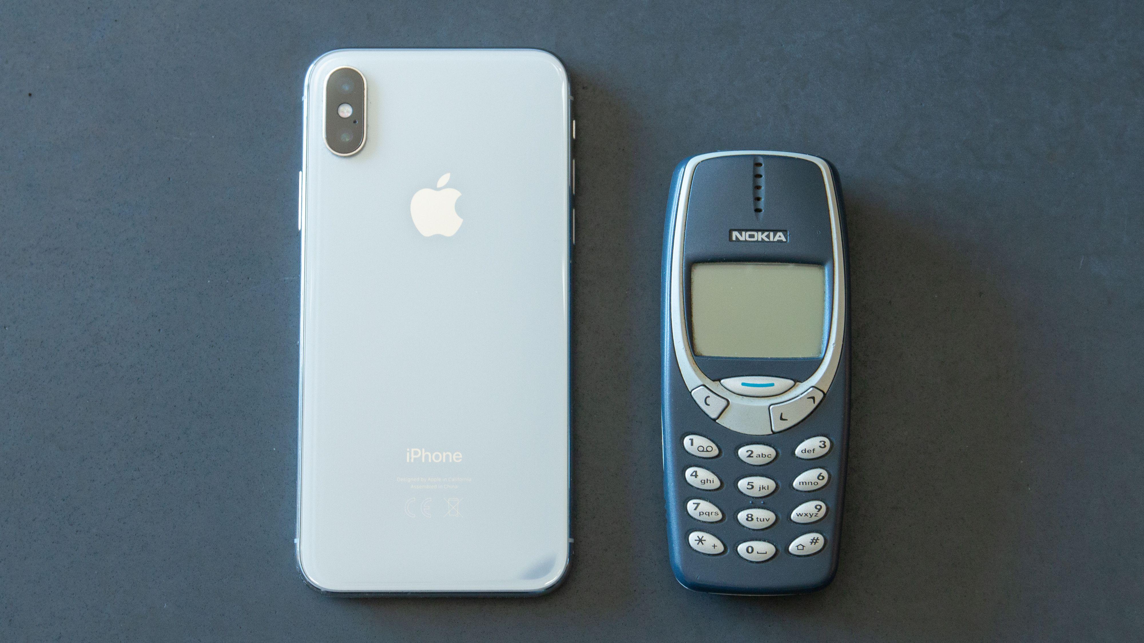 Nokia 3310 ved siden av en iPhone X.