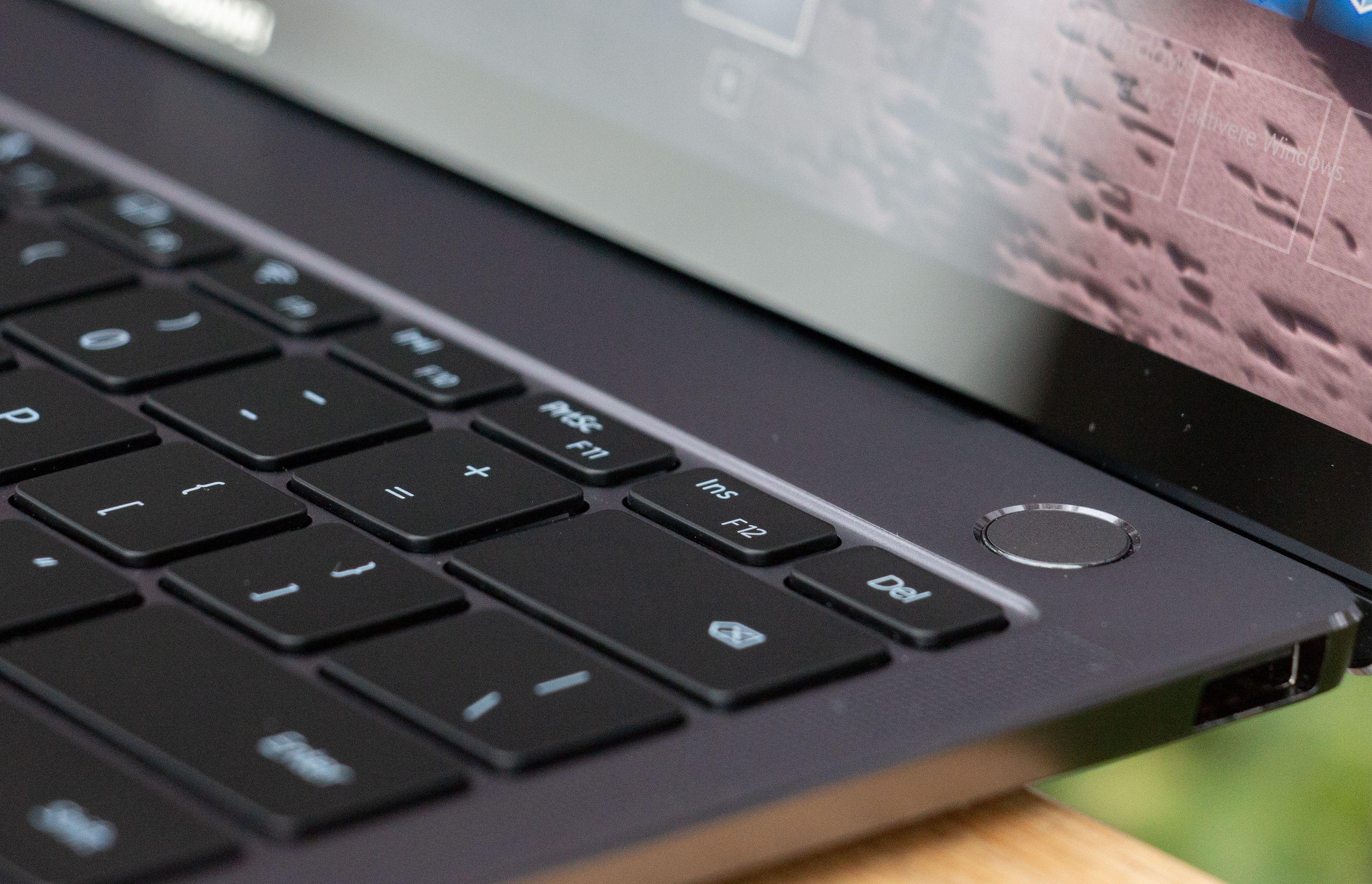 På-knappen har innebygget fingeravtrykkleser som logger deg inn i Windows.