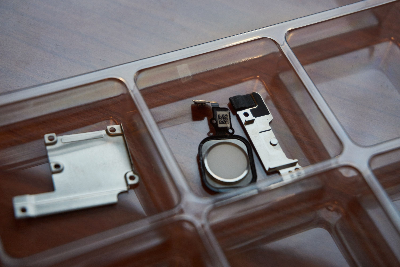 Delene og skruene må sorteres, slik at de ikke rotes bort eller skades.