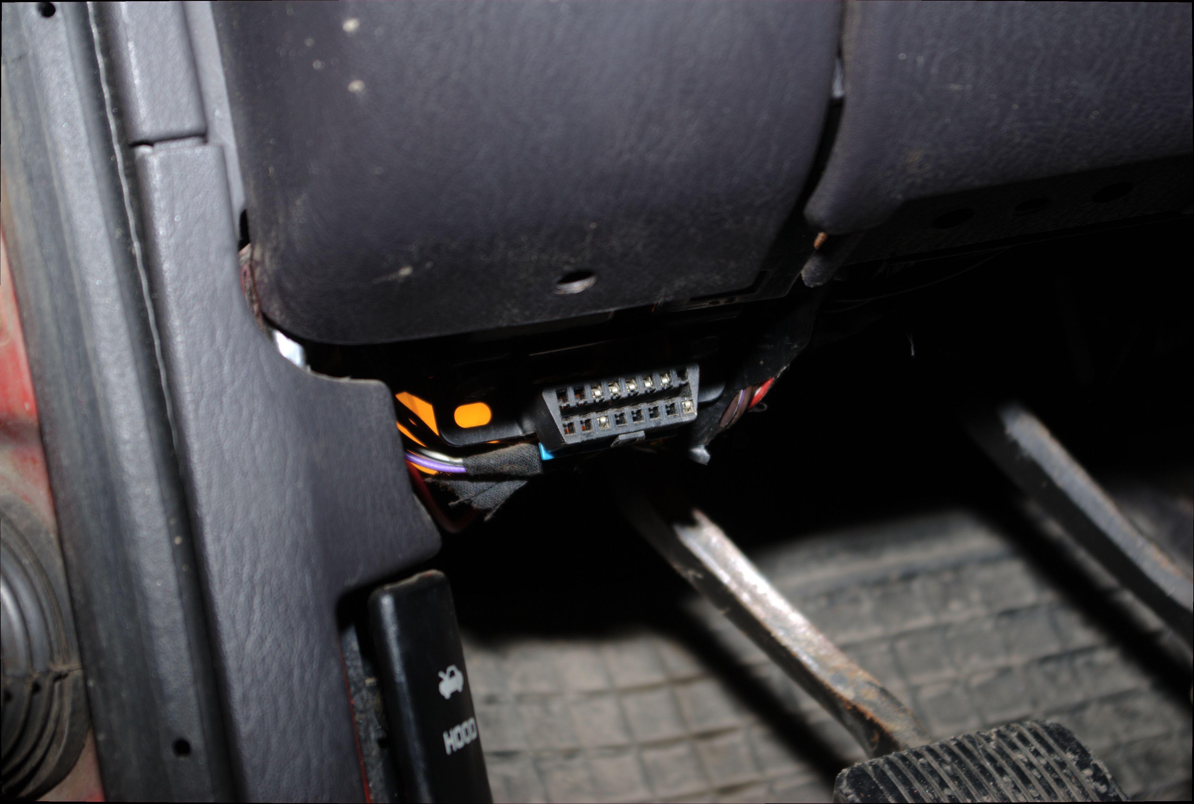 OBD-II-porten finner du ofte ved å ta en titt under dashbordet.