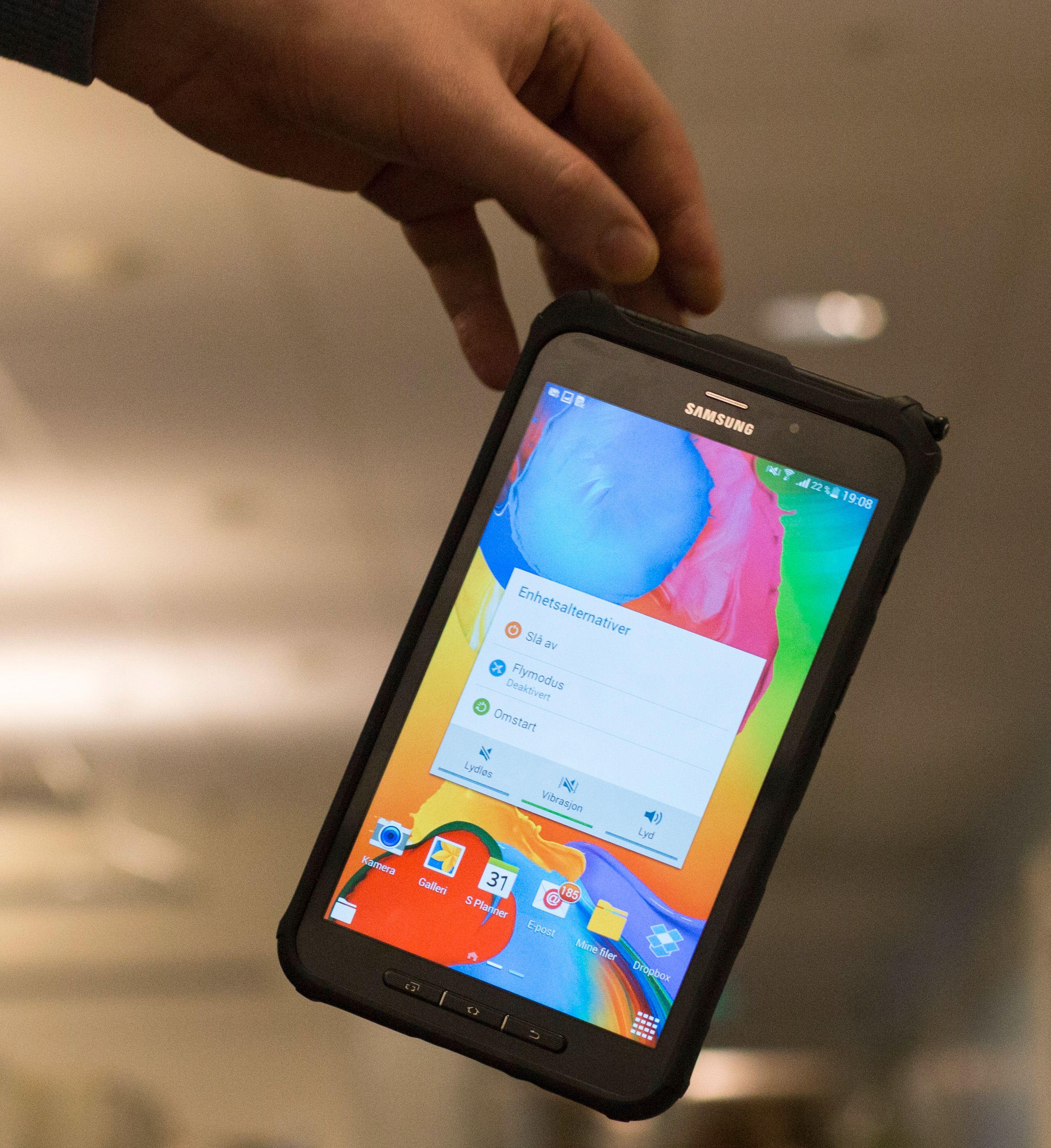 Pakket inn i et tykt gummideksel skal Galaxy Tab Active tåle fall fra 1,2 meter - men bare dersom det møter en helt plan overflate. Foto: Finn Jarle Kvalheim, Tek.no