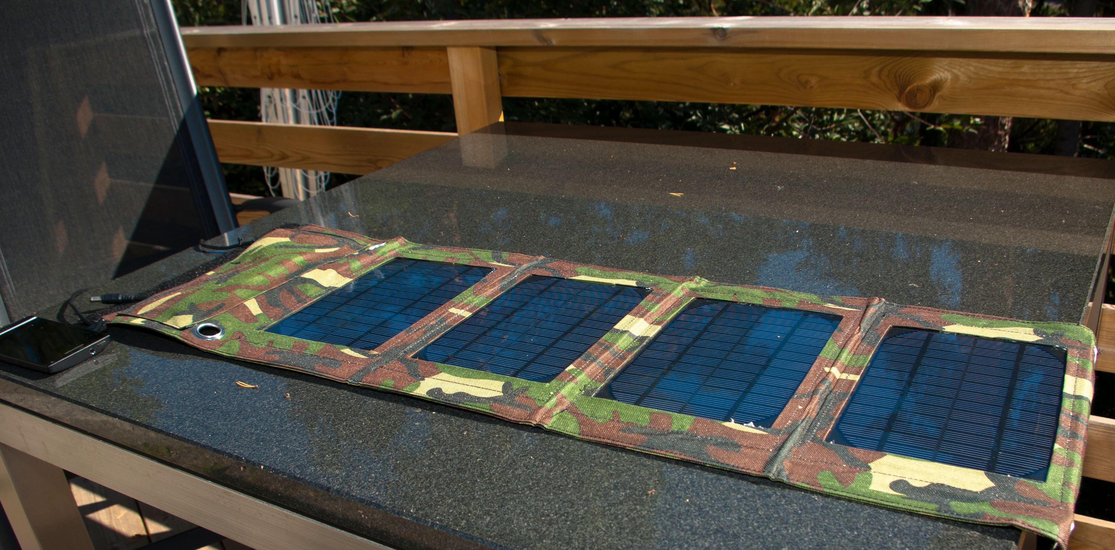 Solcelleladeren fra Mobillader.no foldes ut til en lang remse med fire solcellepaneler.Foto: Einar Eriksen