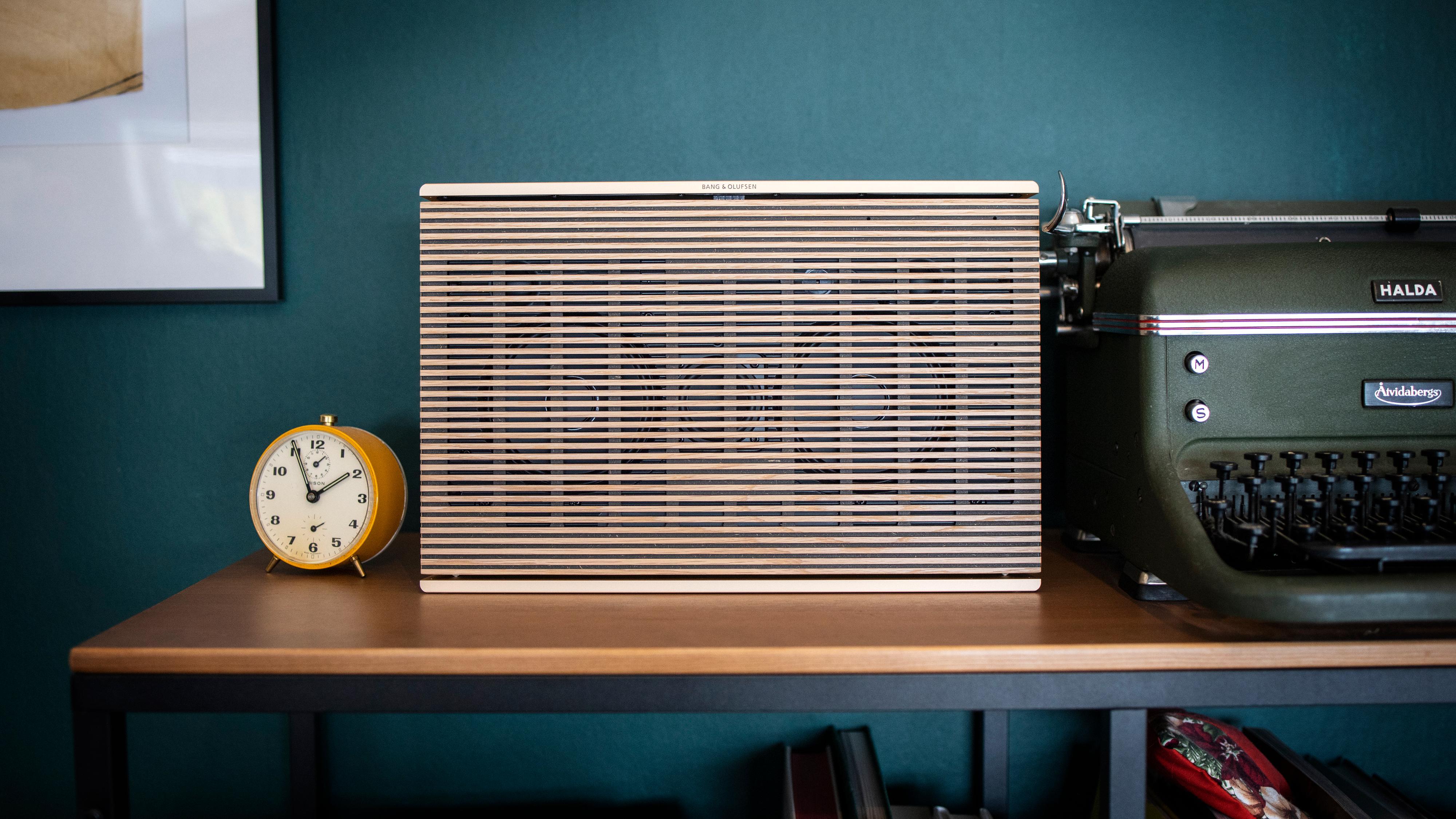 Bang & Olufsen Beosound Level er en lekker, eikekledt wifi- og bluetooth-høyttaler med batteri.