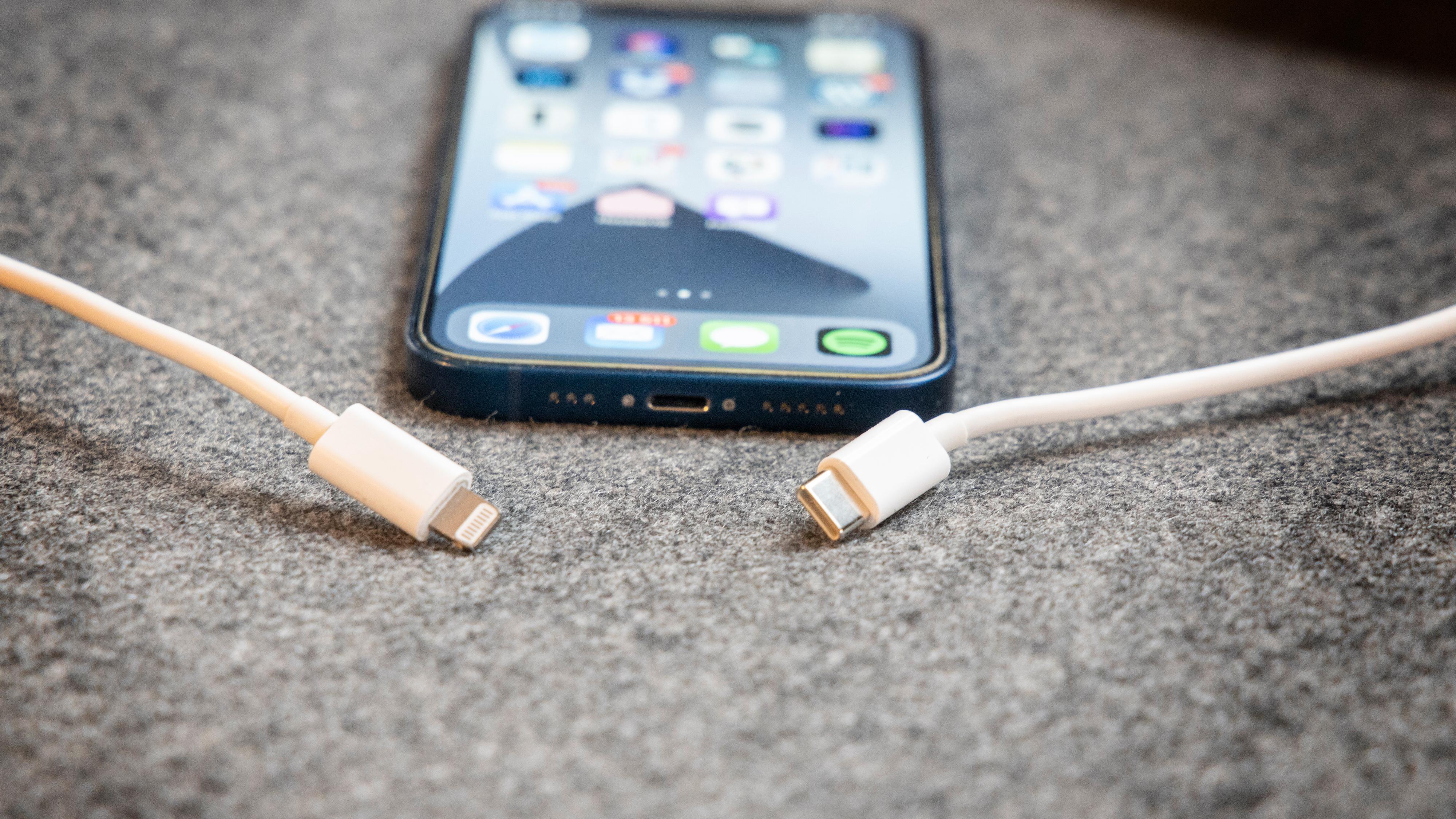 Skal Apple få fortsette med Lightning-tilkoblingen på iPhone? Nei, mener EU-kommisjonen.