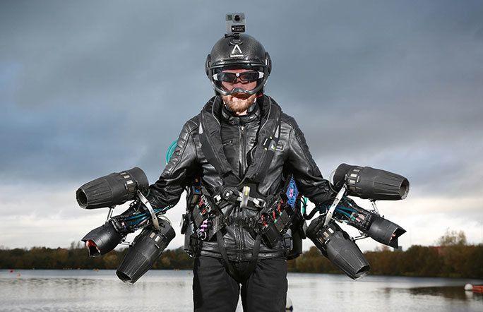 Drakten består av seks små jetmotorer som er festet til armene.