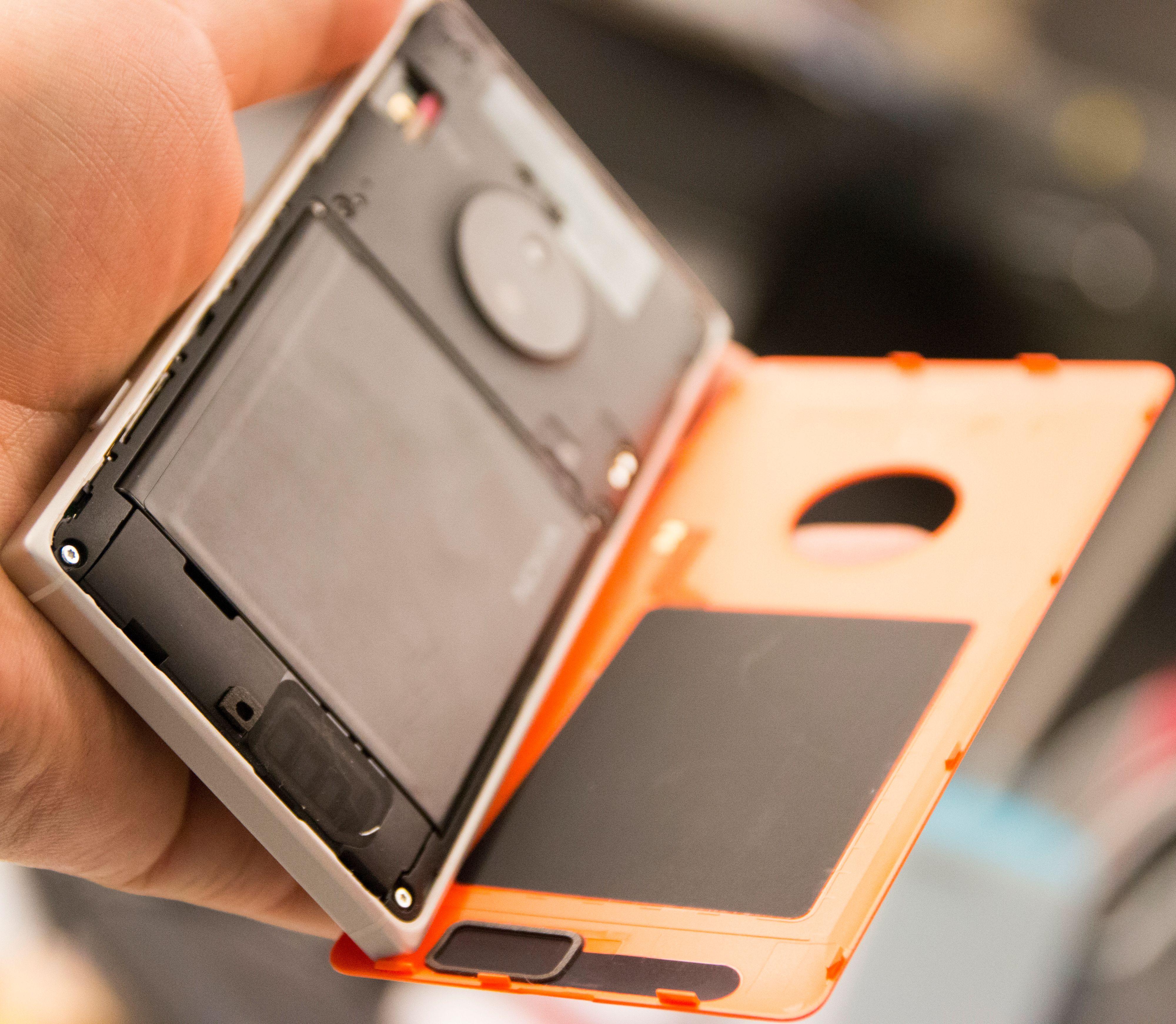 Dekselet på baksiden av Lumia 830 er en pine og en plage. Det er så vanskelig å sette på plass igjen at det er vanskelig å vite om man er i ferd med å ødelegge det.Foto: Finn Jarle Kvalheim, Tek.no