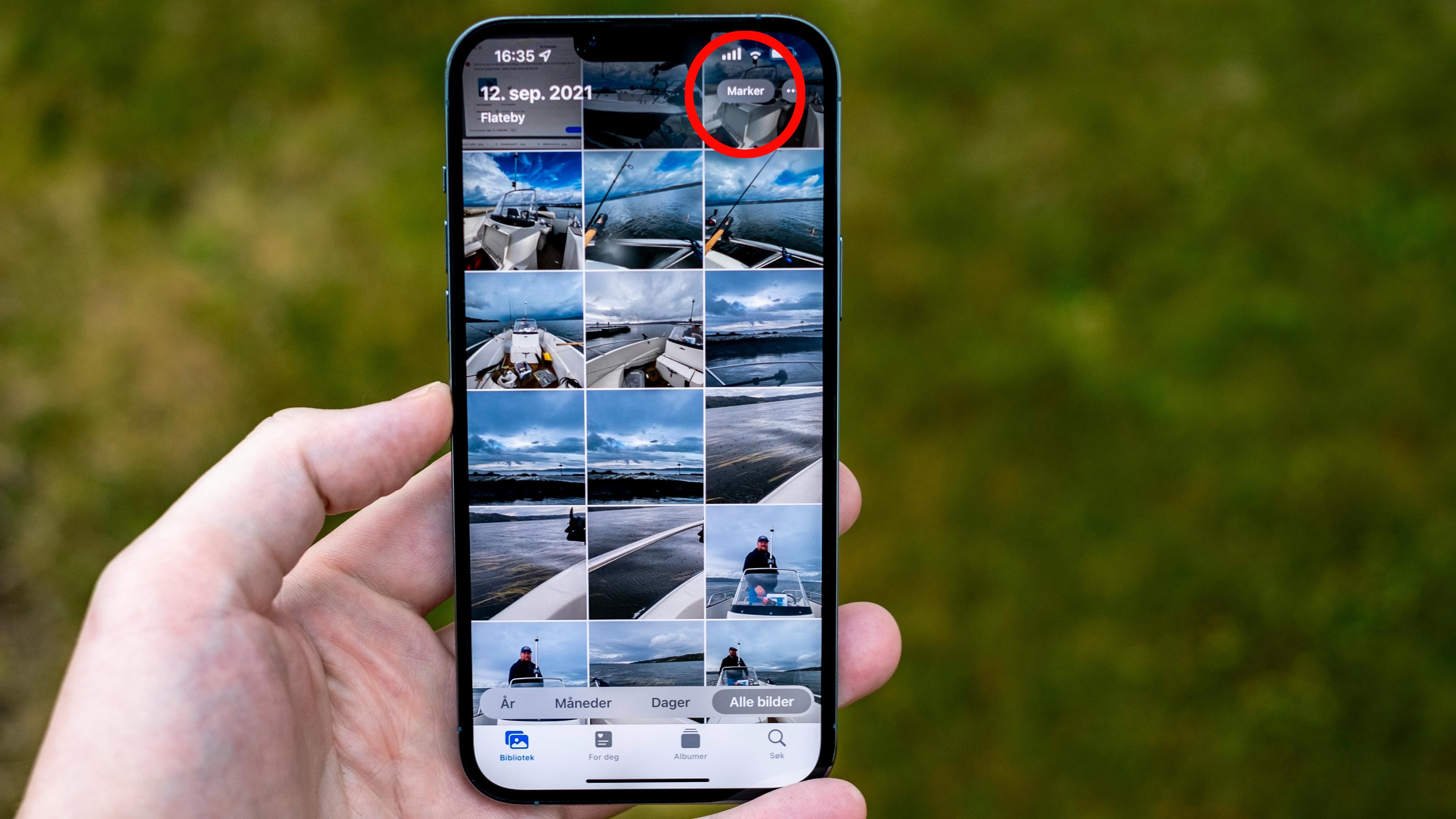 Gå inn i fotogalleriet ditt, og trykk på «Markere» øverst. Da blir det veldig lett å plukke ut en liten haug bilder, akkurat som på PC eller Mac med mus.