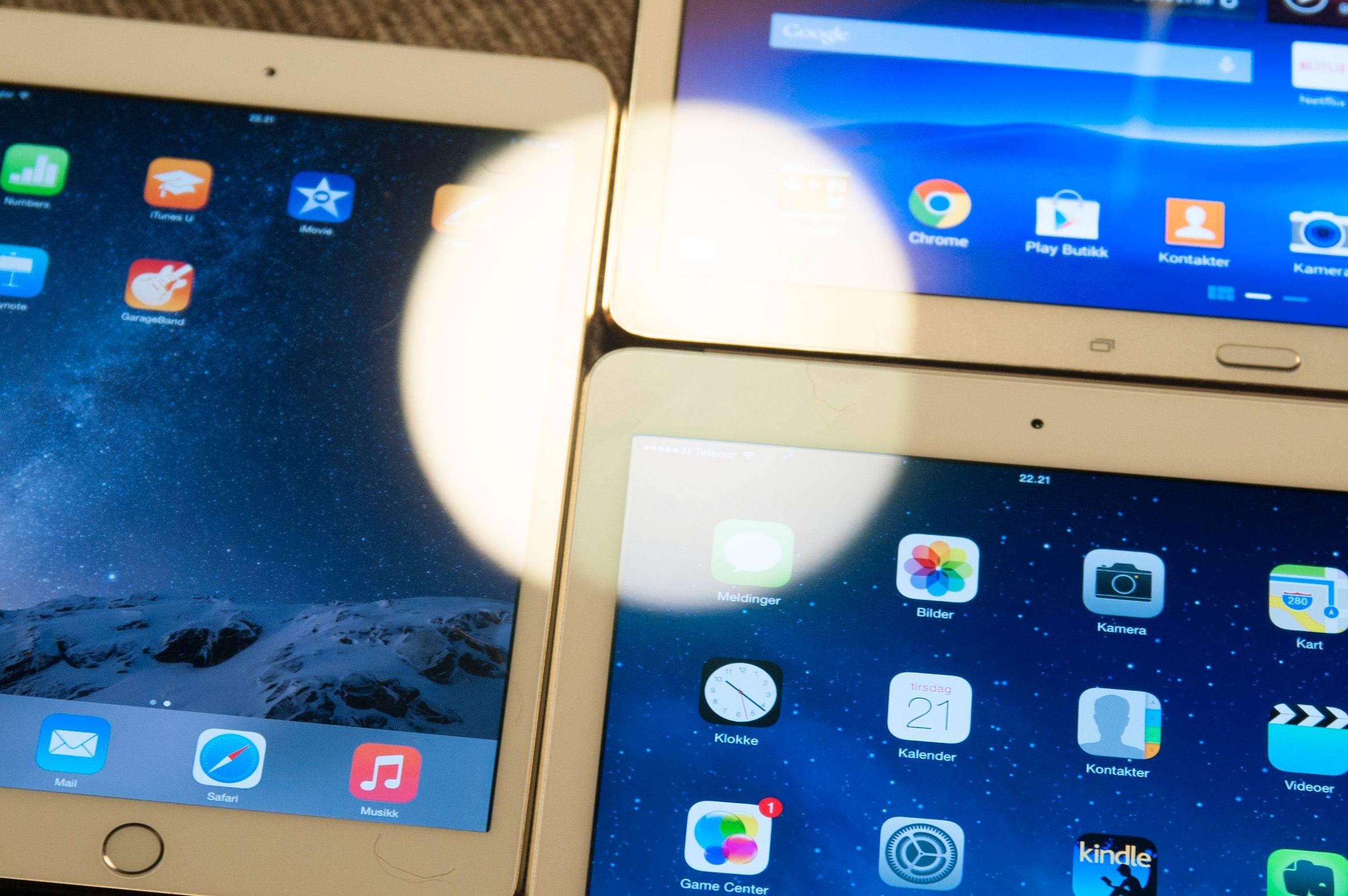 Det er betydelig mindre refleks i iPad Air 2-skjermen enn i andre nettbrett. Til venstre ser du iPad Mini 3, øverst til høyre er Samsung Galaxy Tab S, og nede til høyre er iPad Air 2.Foto: Finn Jarle Kvalheim, Tek.no