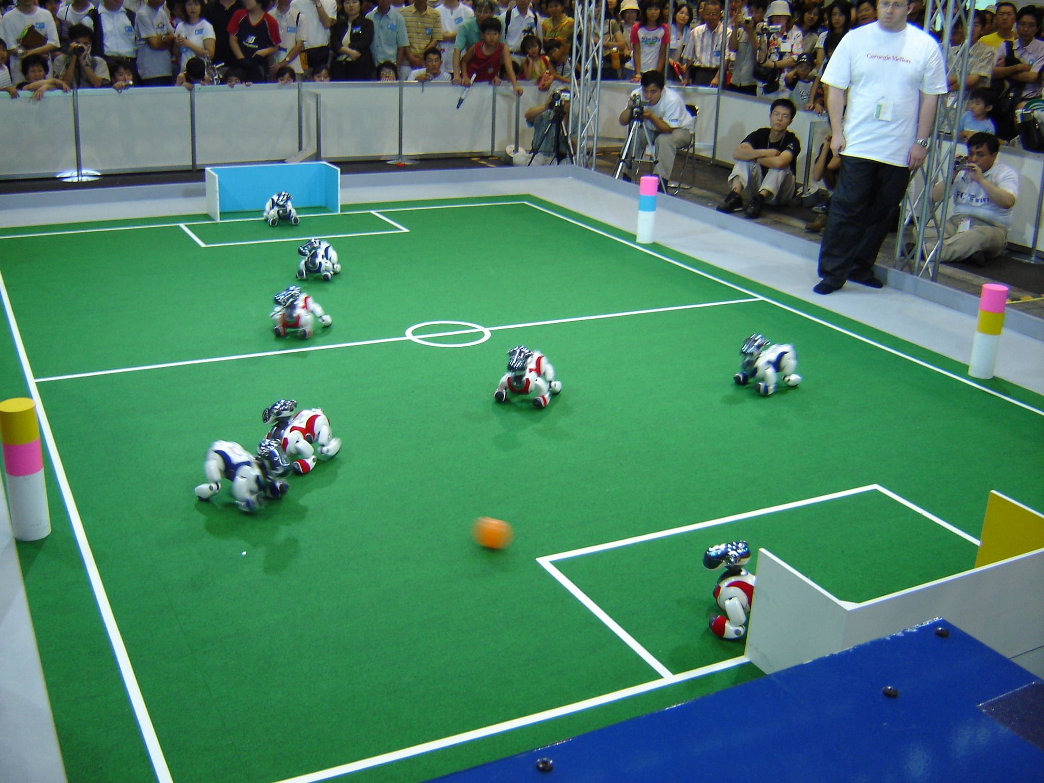 AIBO-er spiller fotball i RoboCup 2005 i Japan. Foto: Learza, CC-BY-SA-2.0