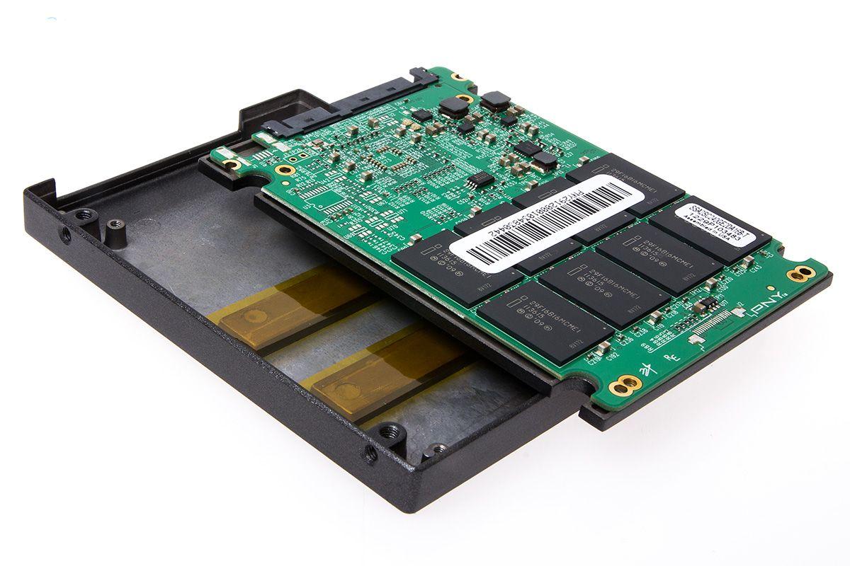SSD-en har egne kjøleblokker til minnebrikkene.Foto: Varg Aamo, hardware.no