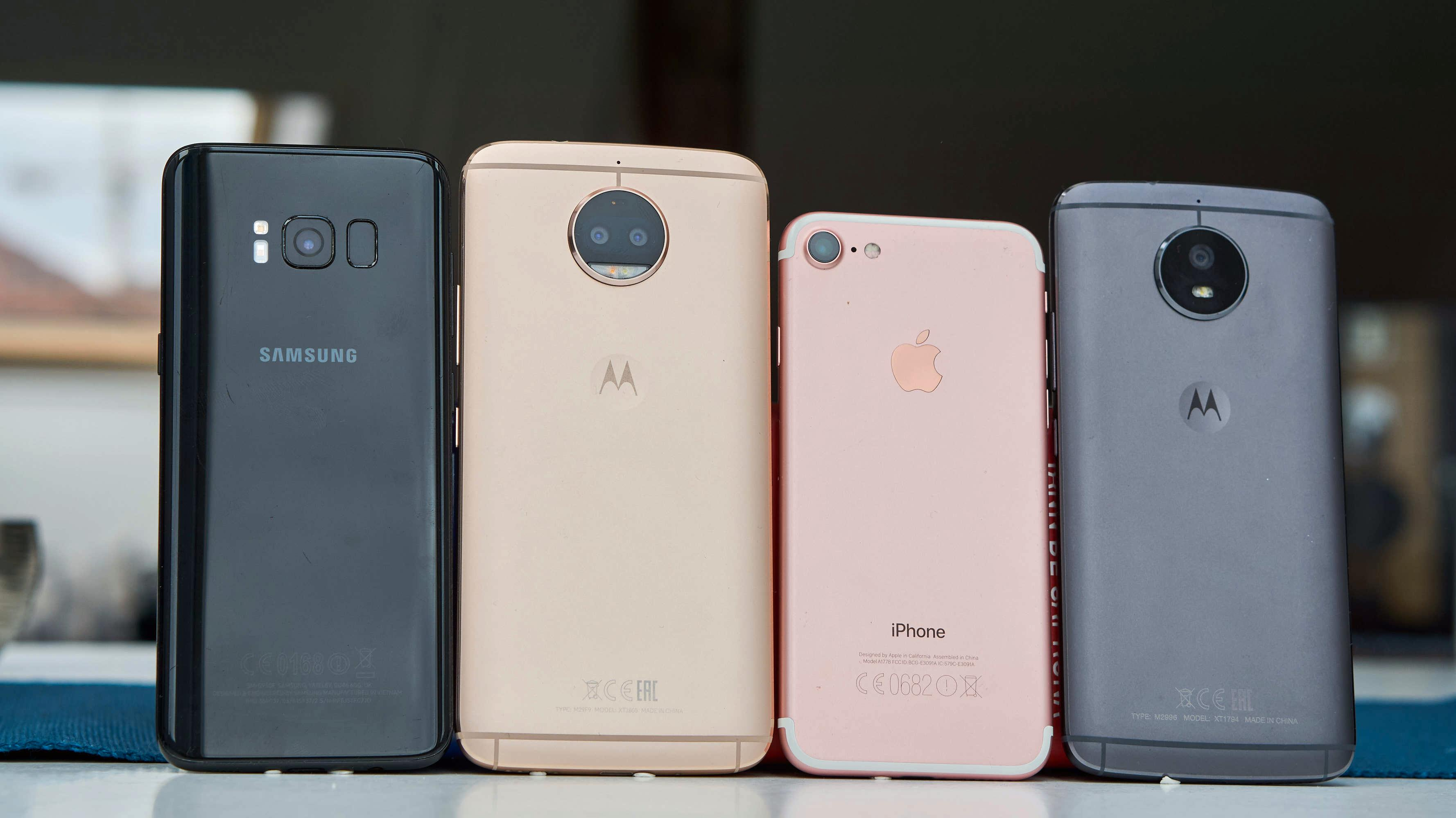 Moto G5S Plus (gull) er en svær telefon. Her målt mot Galaxy S8, iPhone 7 og Moto G5S.