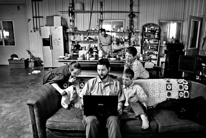 Barna til David Mast er nysgjerrige på datamaskinen til faren. Foto: Stein J. Bjørge