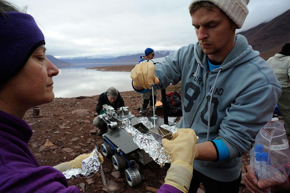 TESTET PÅ SVALBARD: Mary Voytek (sjef for NASAs astrobiologiprogram) og Eric Stimpson (Charles River Laboratories i USA) tester en av NASAs rovere for forurensing av mikrober i marslignende terreng på Svalbard.Foto: Kjell Ove Strorvik (AMASE)