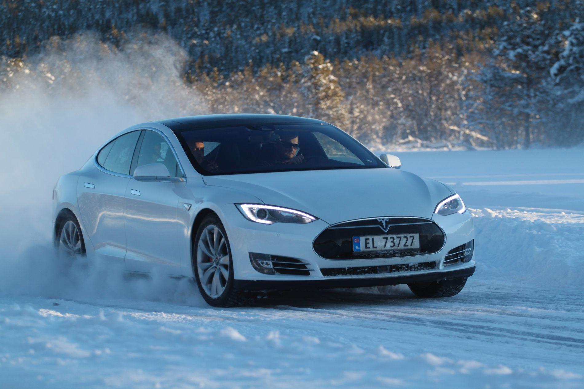 Tesla Model S gjør det best i rekkeviddetest på vinterføre.