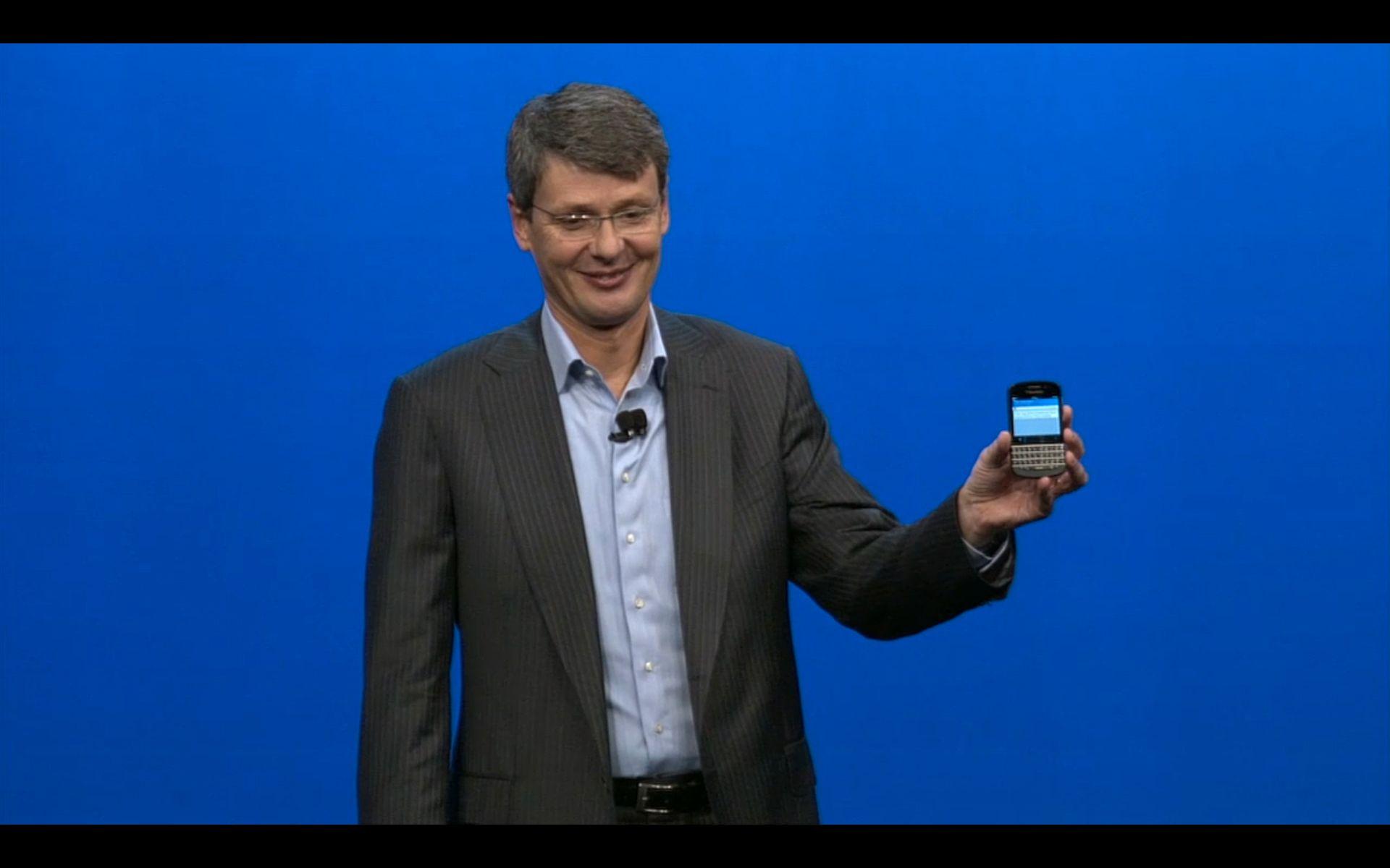 Thorsten Heins viser frem BlackBerry Q10 med fulltastatur.