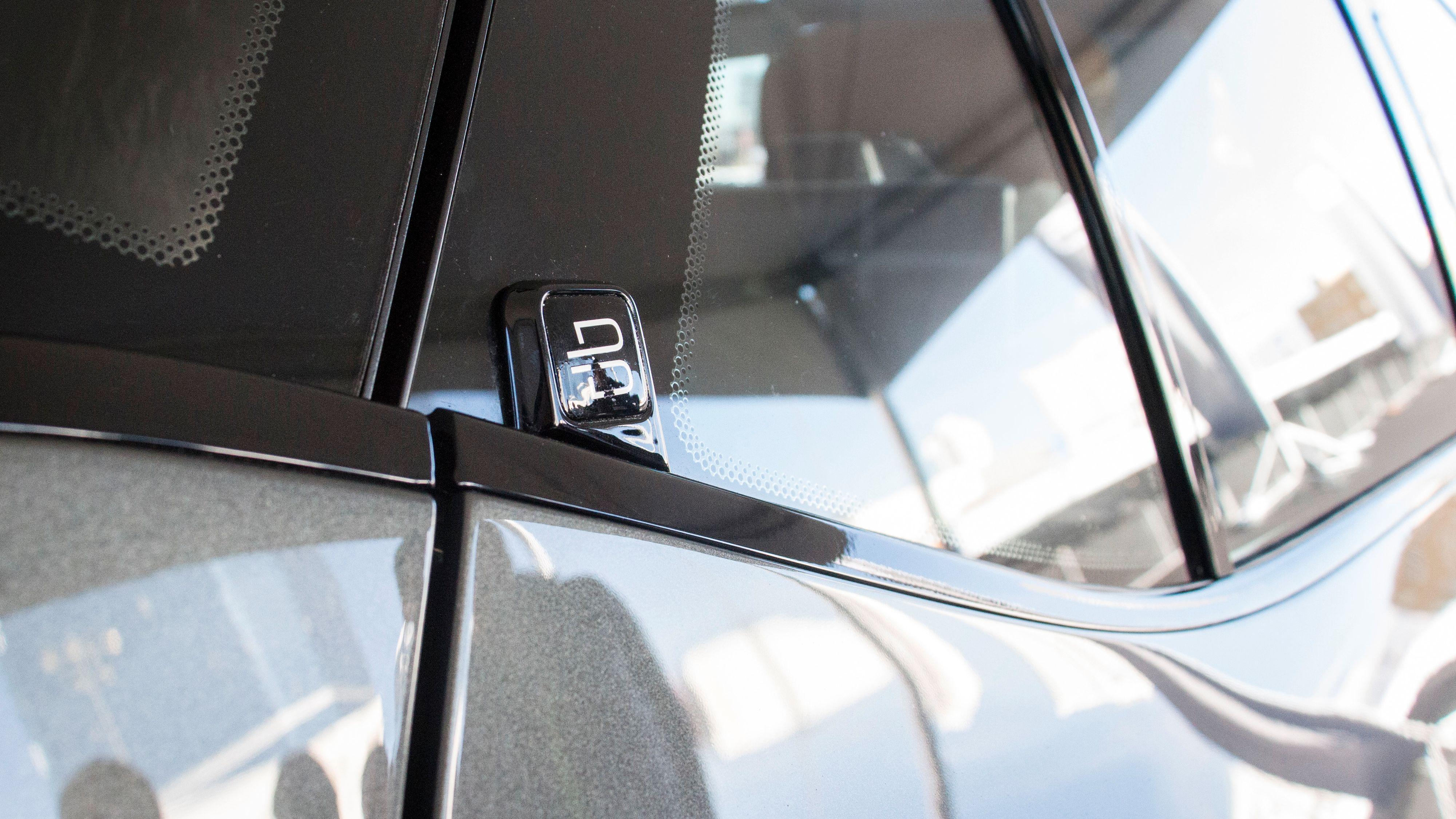 Dørene på konseptbilen åpnes ved hjelp av disse små knappene.