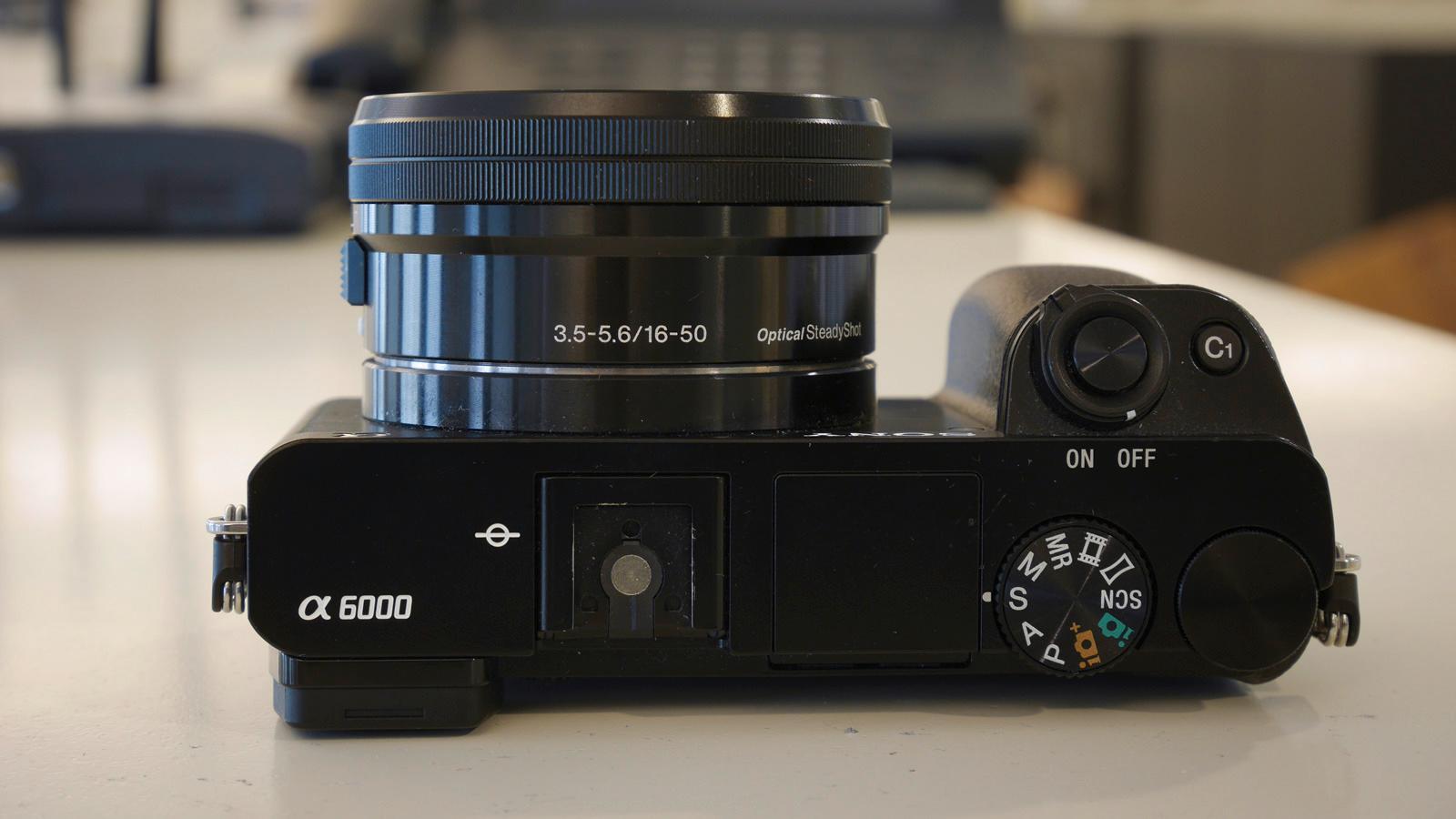 Kameraet har et relativt stort grep som ligger godt i undertegnedes mellomstore herrehender. Foto: Kristoffer Møllevik