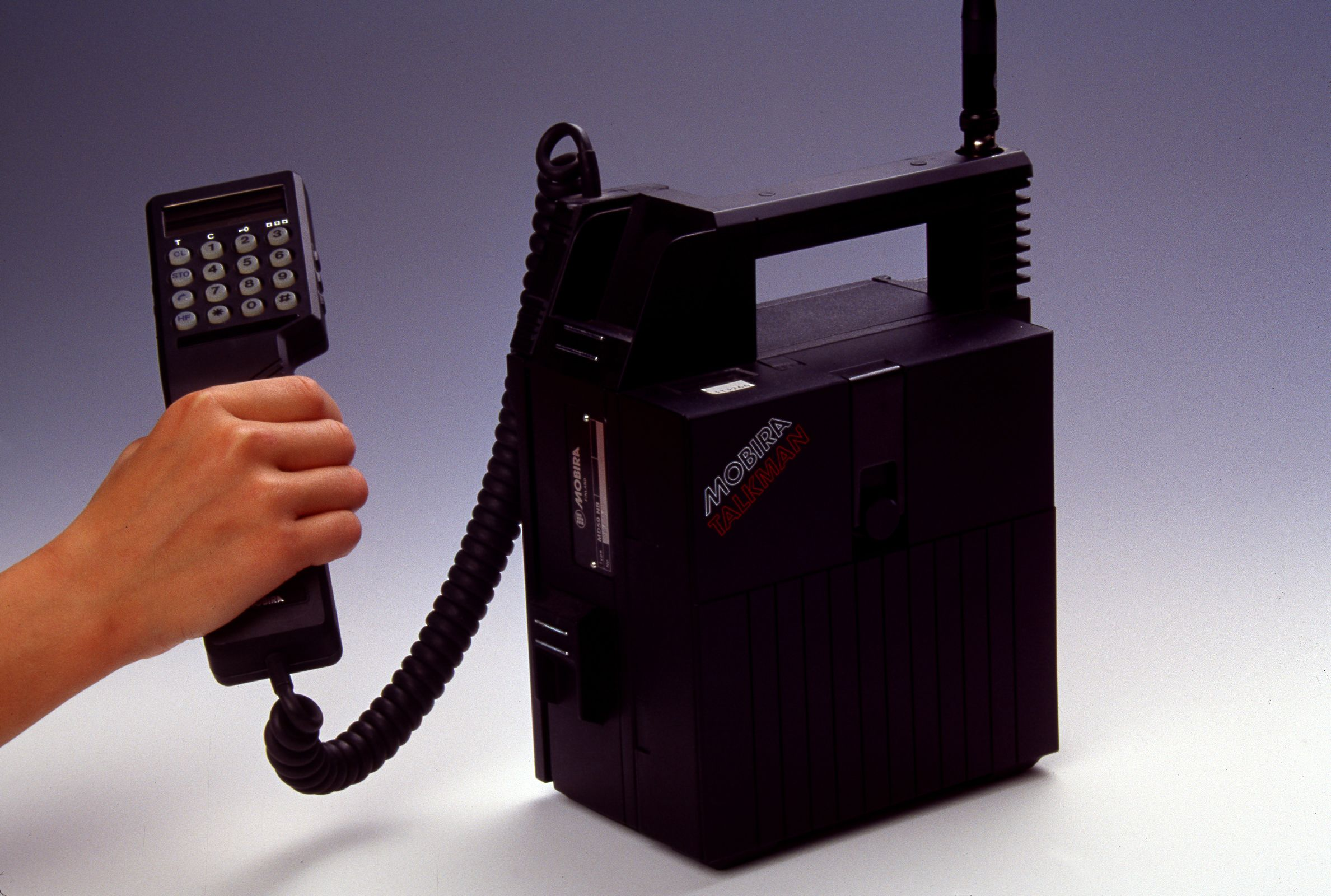 Nokia Mobira Talkman, en portabel NMT450 for bilmontering. Lansert 1984.